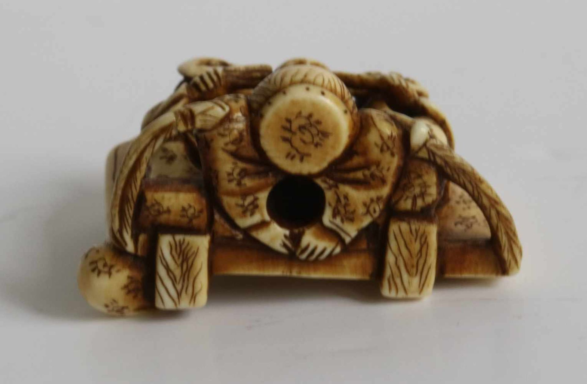 Los 471 - Netsuke Ivory depicting a Kodo drummer and 2 masked figures Japan MEIJI period H 3,8 cm private