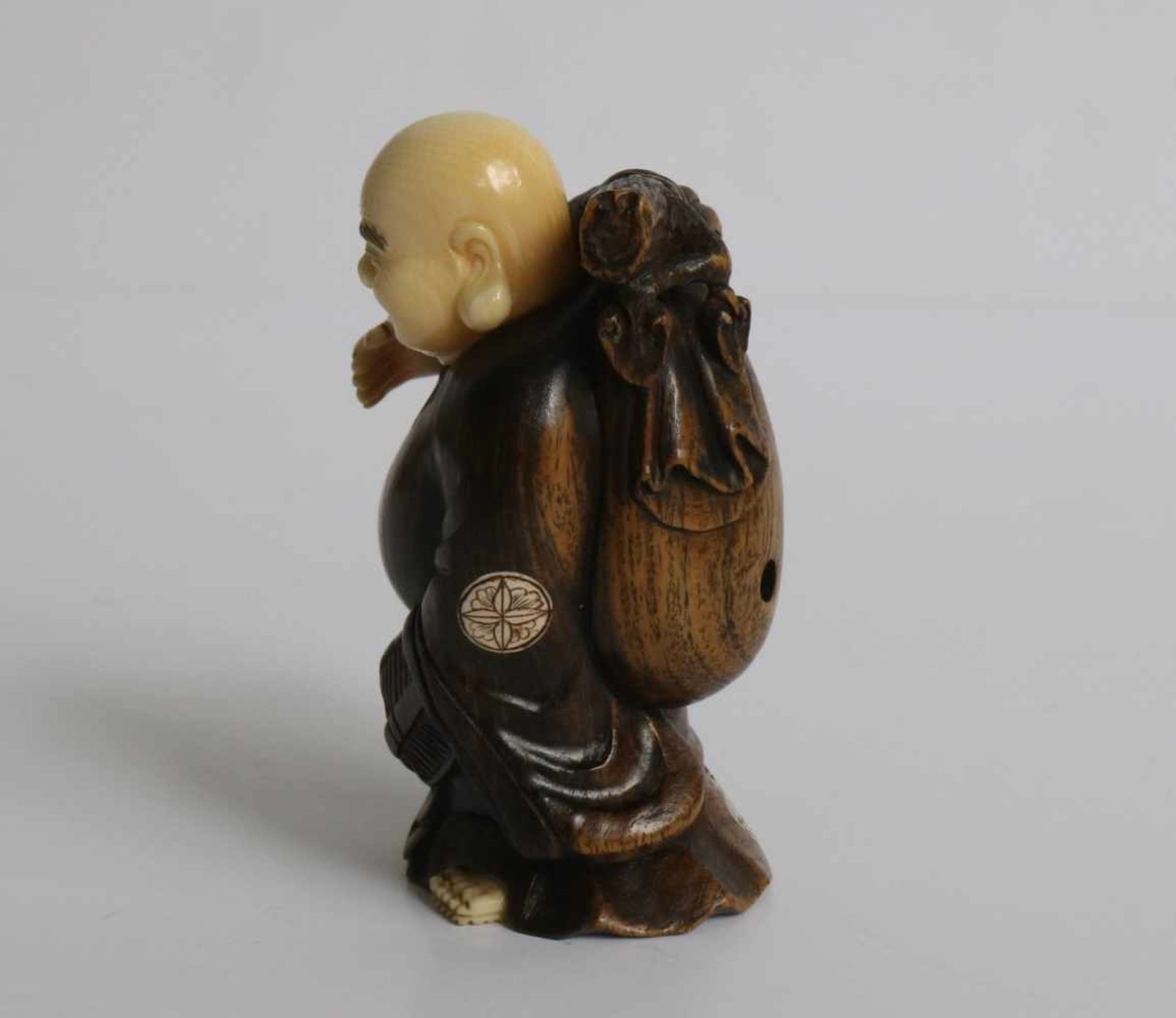 Los 483 - Boxwood and Ivory netsuke of a Motei carrying a large knapsack and gourd Japan, early 20th century