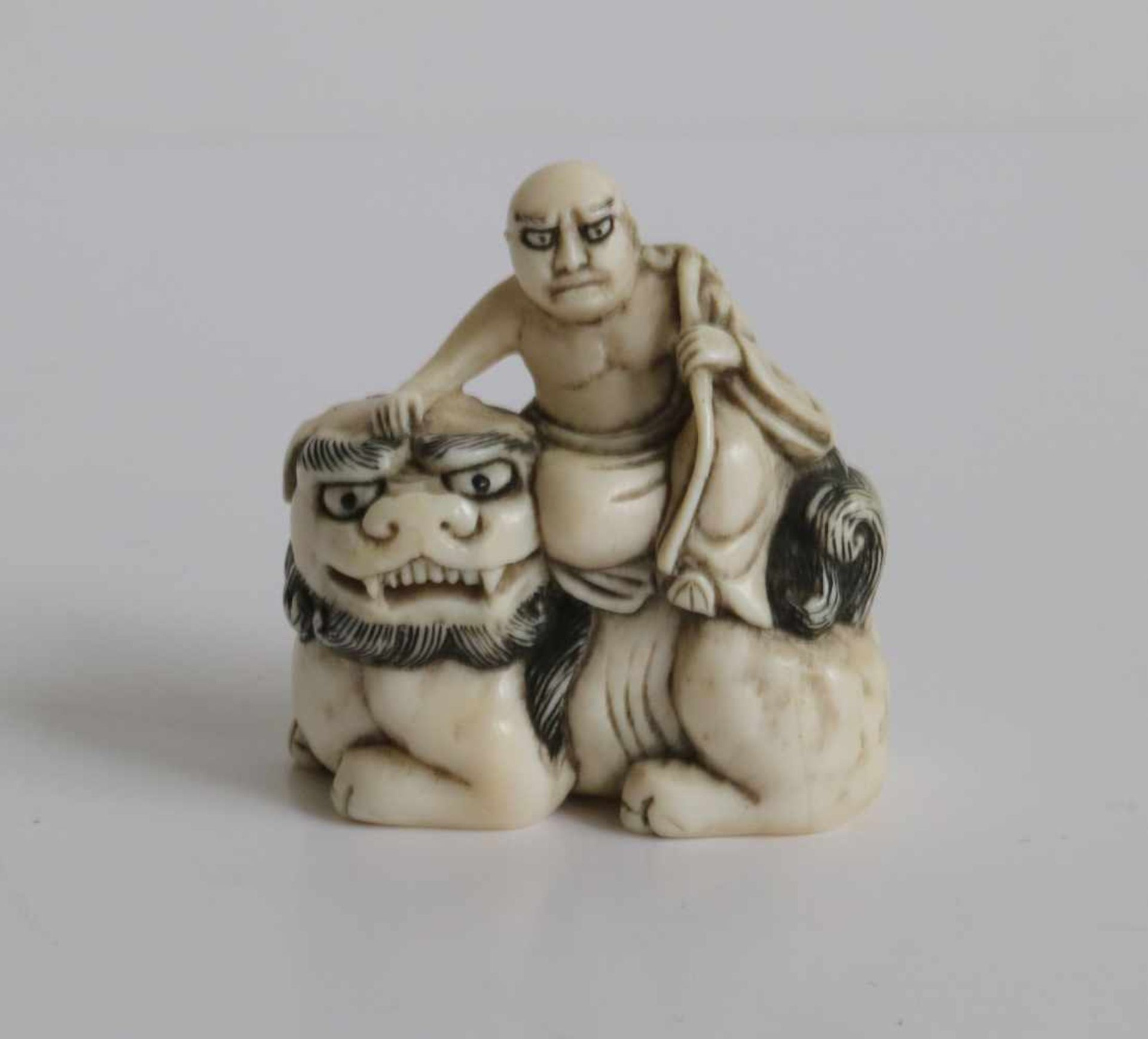 Los 475 - Carved figure of Hotei sitting on a shishi holding Aruyi scepter Japan MEIJI period H 4 cm signed