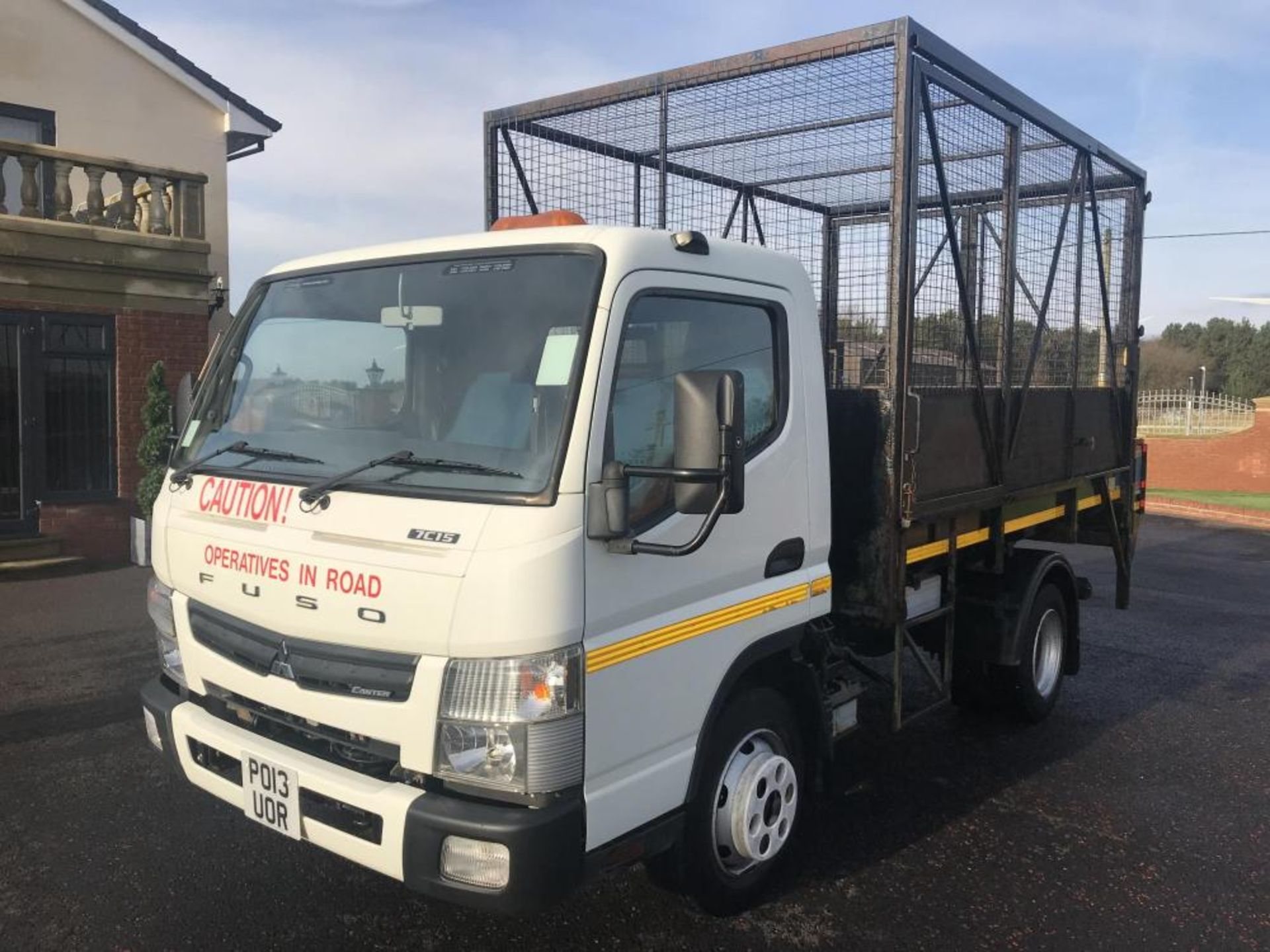Lot 94 - 2013/13 REG MITSUBISHI FUSO CANTER 7C15 28 WHITE DIESEL CAGED TIPPER TRUCK, SHOWING 0 FORMER KEEPERS