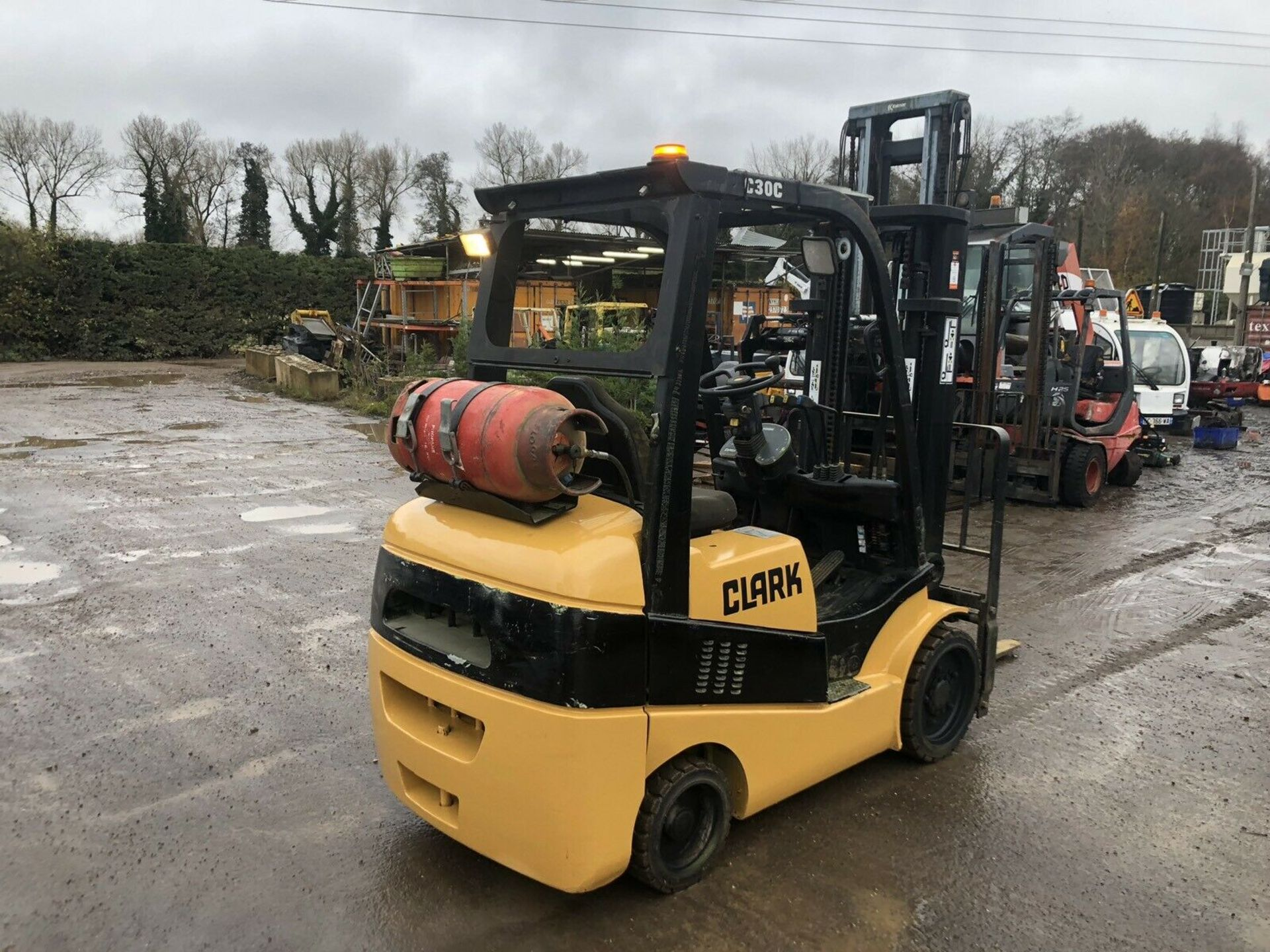 Lot 98 - 2003 CLARK C30, 3 TON GAS FORKLIFT, RUNS AND OPERATES AS IT SHOULD *PLUS VAT*