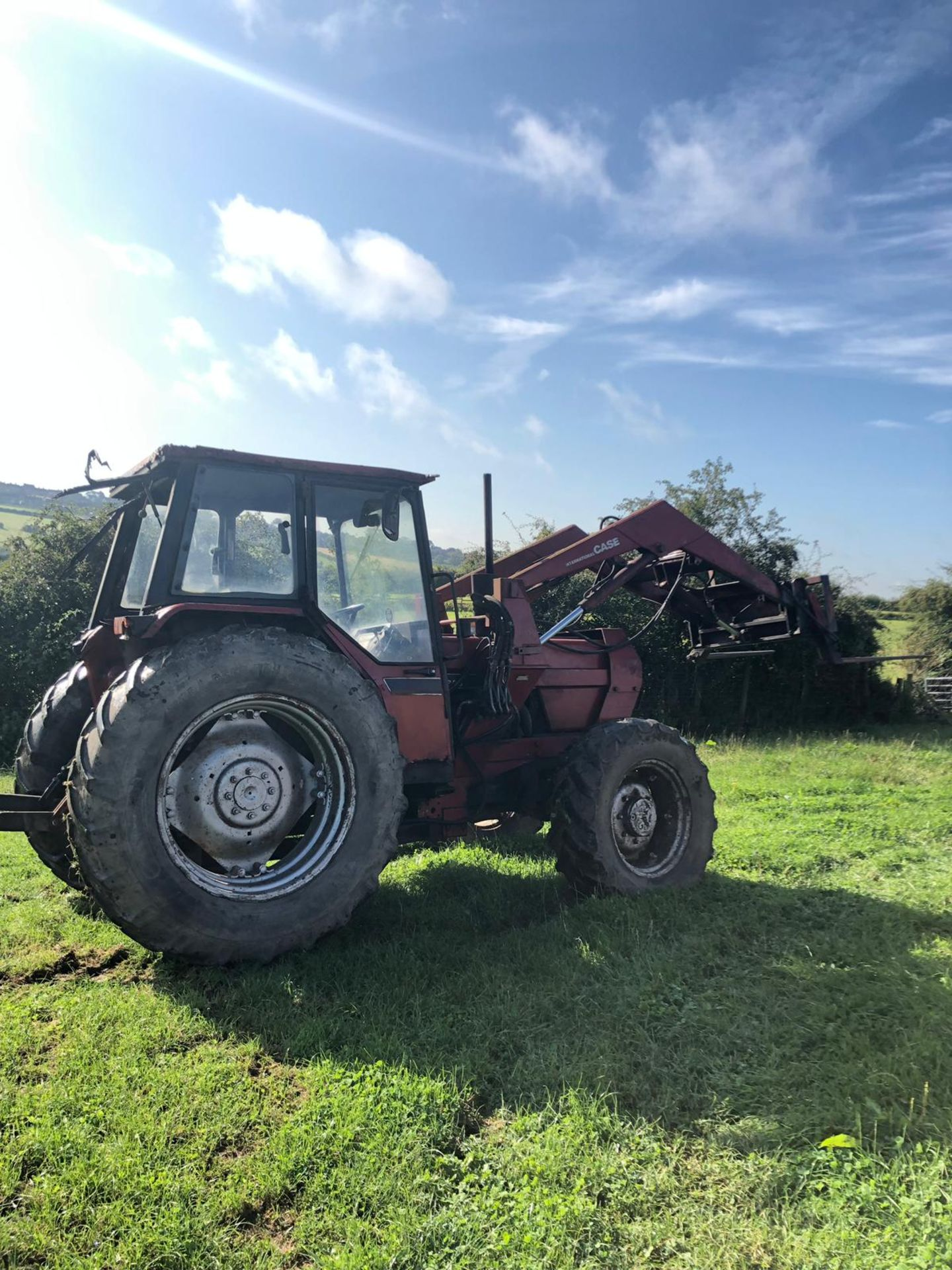 Lot 184 - CASE INTERNATIONAL 895 LOADER TRACTOR, RUNS AND WORKS, DOES WHAT IT SHOULD, 4 WHEEL DRIVE *PLUS VAT*
