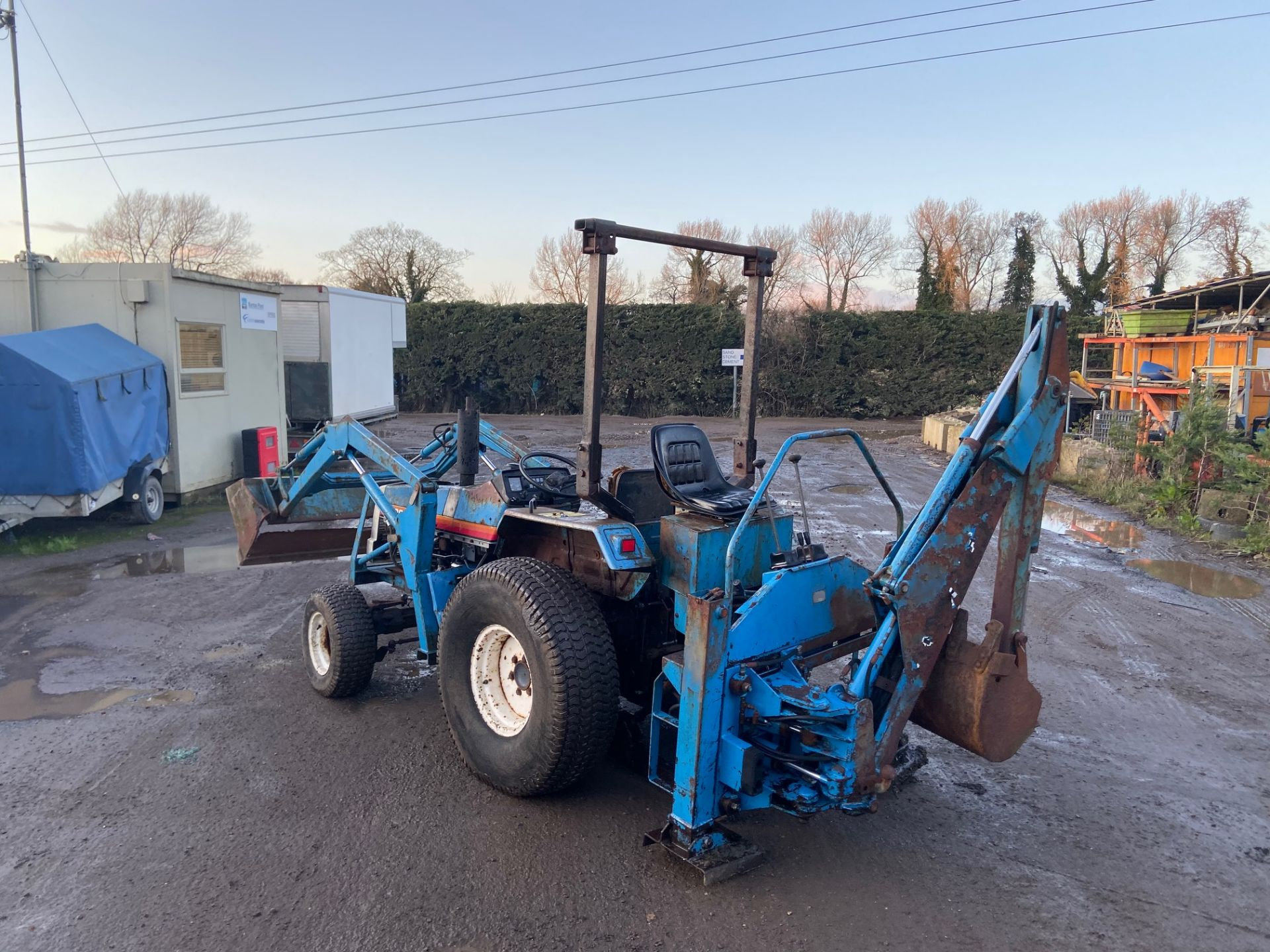 Lot 31 - MITSUBISHI MT300D TRACTOR WITH LOADER BACKHOE 4X4, GRASS TYRES, 30 HP *PLUS VAT*