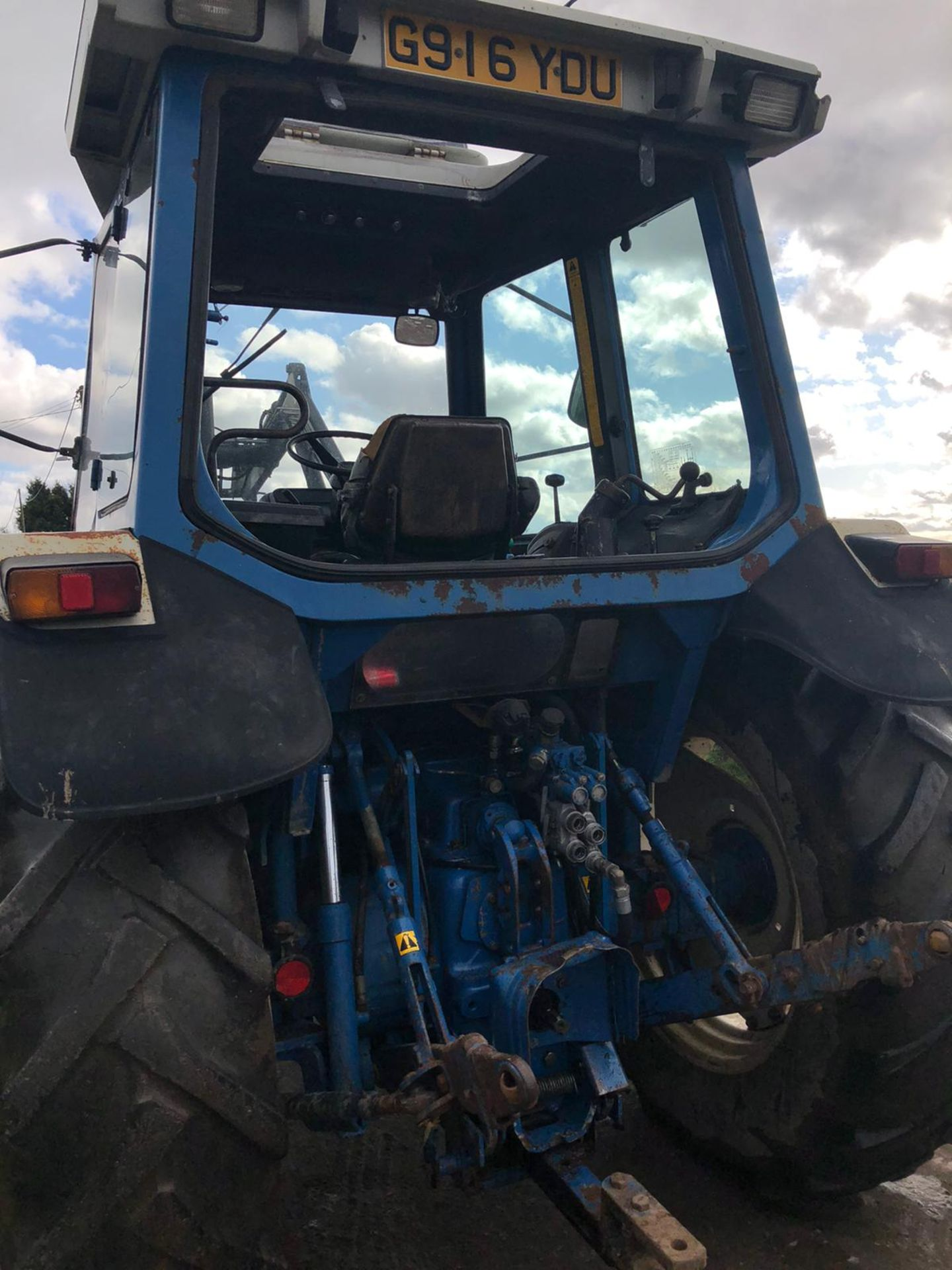 Lot 42 - 1990/G REG FORD NEW HOLLAND 7610 BLUE TRACTOR, C/W FRONT LOADER, SHOWING 1 FORMER KEEPER *PLUS VAT*