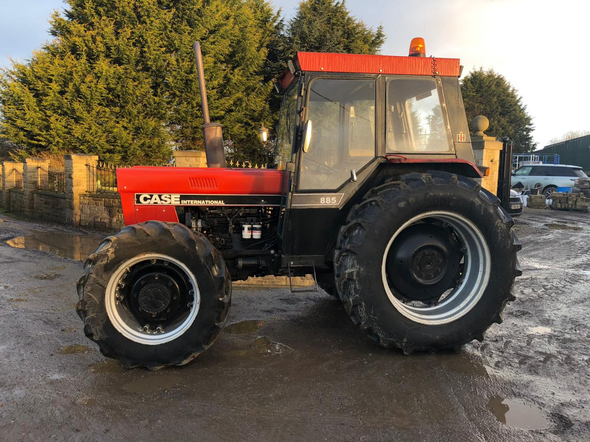 Lot 100 - 1985/C REG CASE INTERNATIONAL 885 DIESEL RED TRACTOR, RUNS AND WORKS, IN GOOD CONDITION *PLUS VAT*