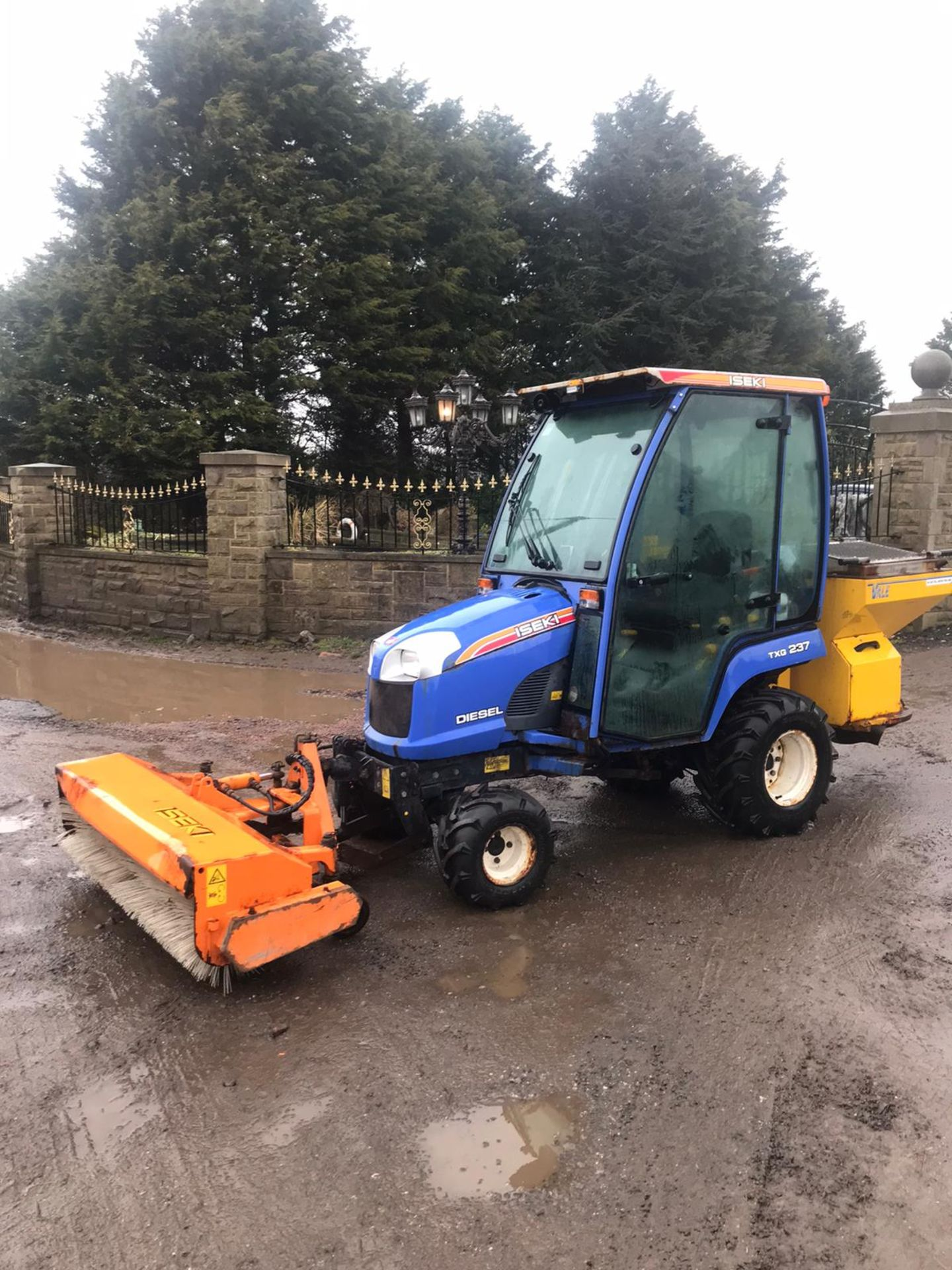 Los 39 - ISEKI TXG237 COMPACT TRACTOR, FULL GLASS CAB, ONLY 396 HOURS, YEAR 2011 *PLUS VAT*