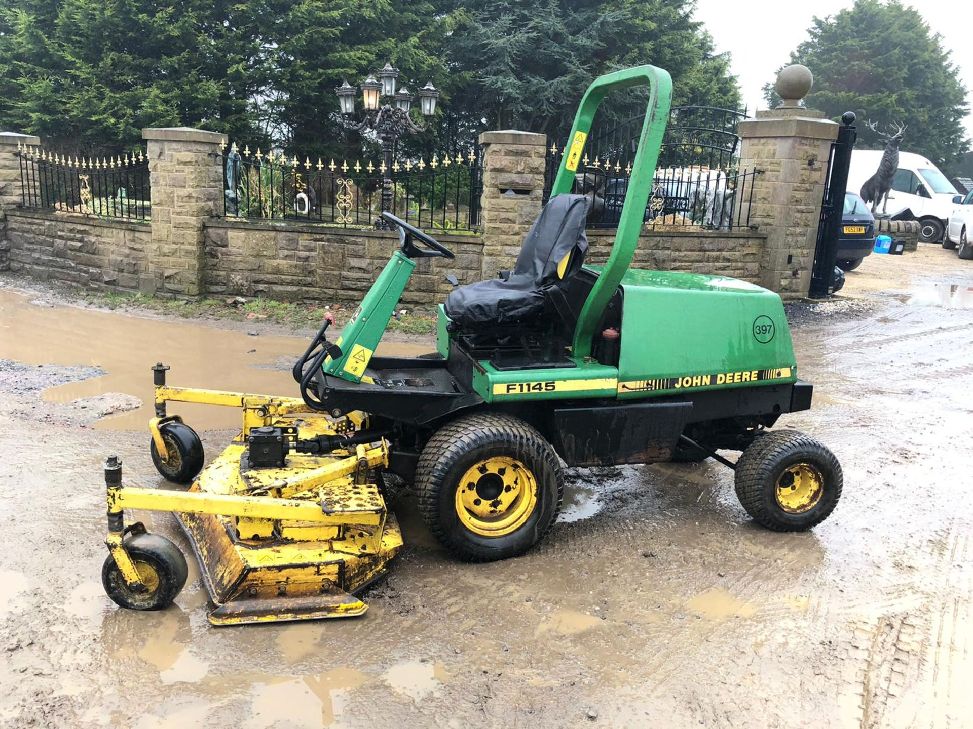 Los 151 - JOHN DEERE F1145 RIDE ON LAWN MOWER 4WD, C/W 1 ROTARY DECK, RUNS, WORKS AND CUTS *NO VAT*