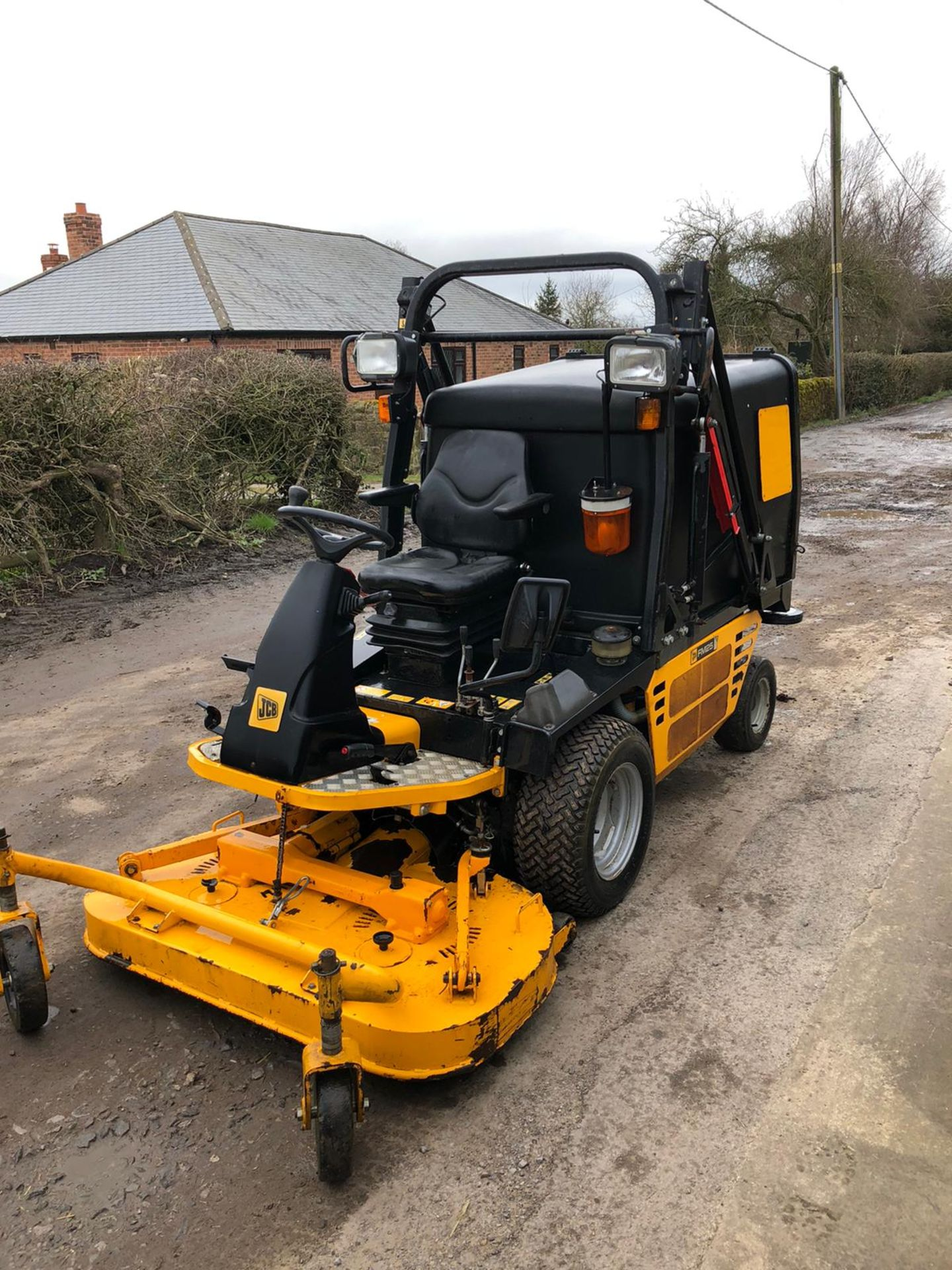 Lot 40 - JCB FM25 RIDE ON LAWN MOWER, RUNS, WORKS, CUTS, HIGHTIP COLLECTOR, IN GOOD CONDITION, ONLY 300 HOURS