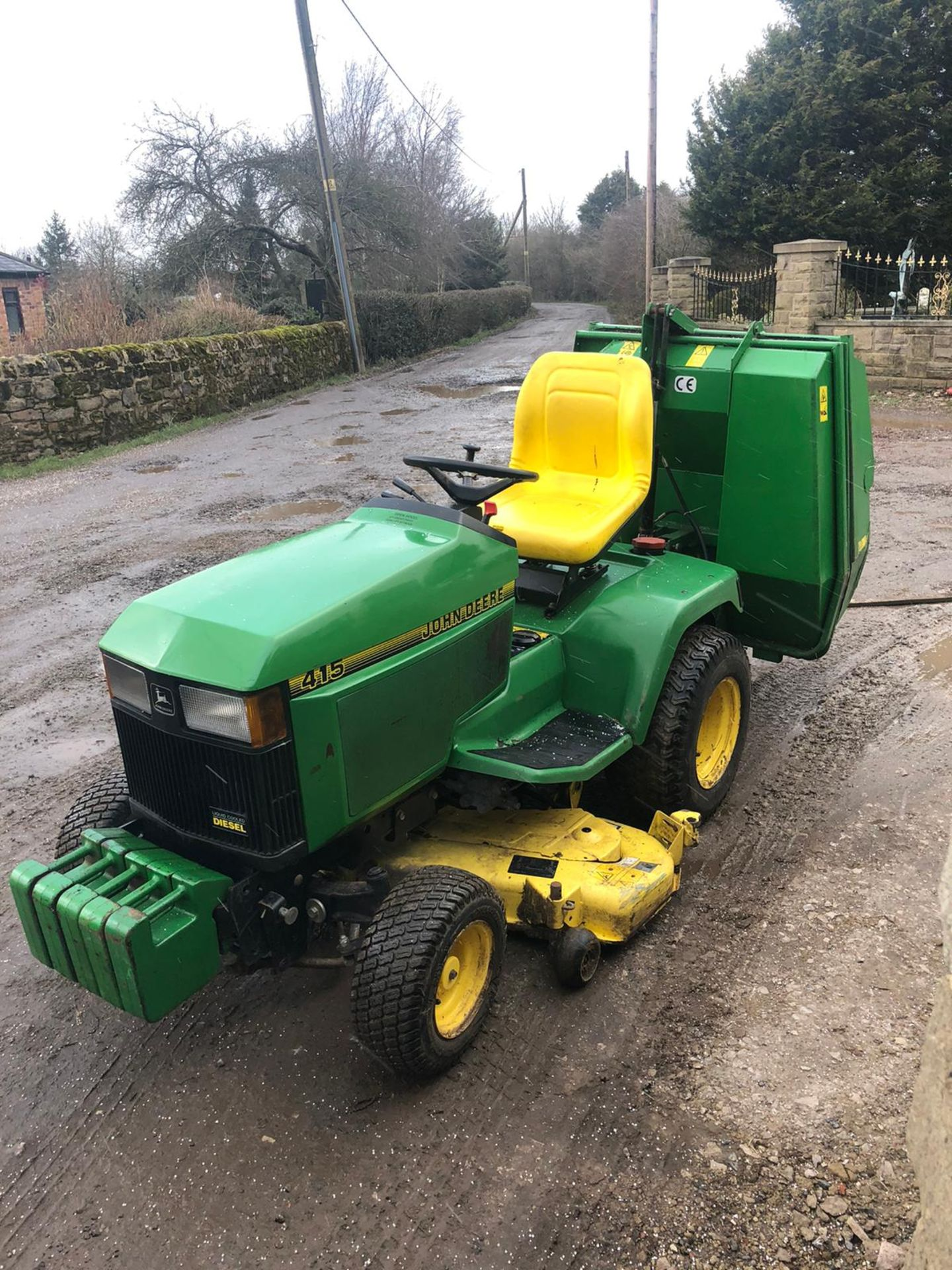 Los 39 - JOHN DEERE 415 RIDE ON LAWN MOWER, RUNS & WORKS, CUTS AND COLLECTS WELL *NO VAT*