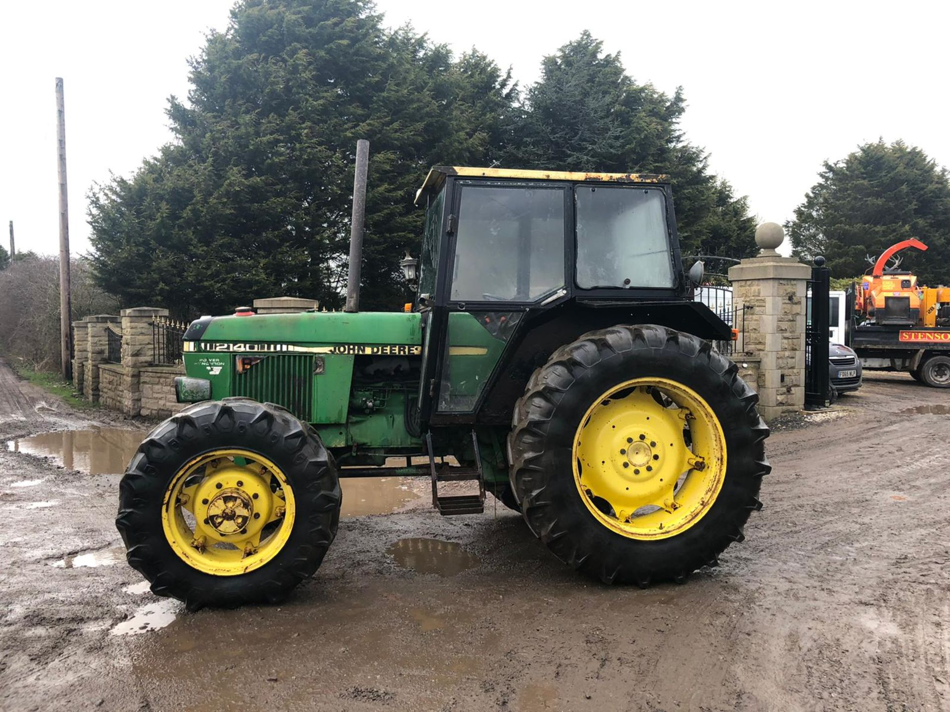 Lot 172 - JOHN DEERE 2140 GREEN / YELLOW TRACTOR, 4 WHEEL DRIVE, RUNS, WORKS AND DRIVES *PLUS VAT*