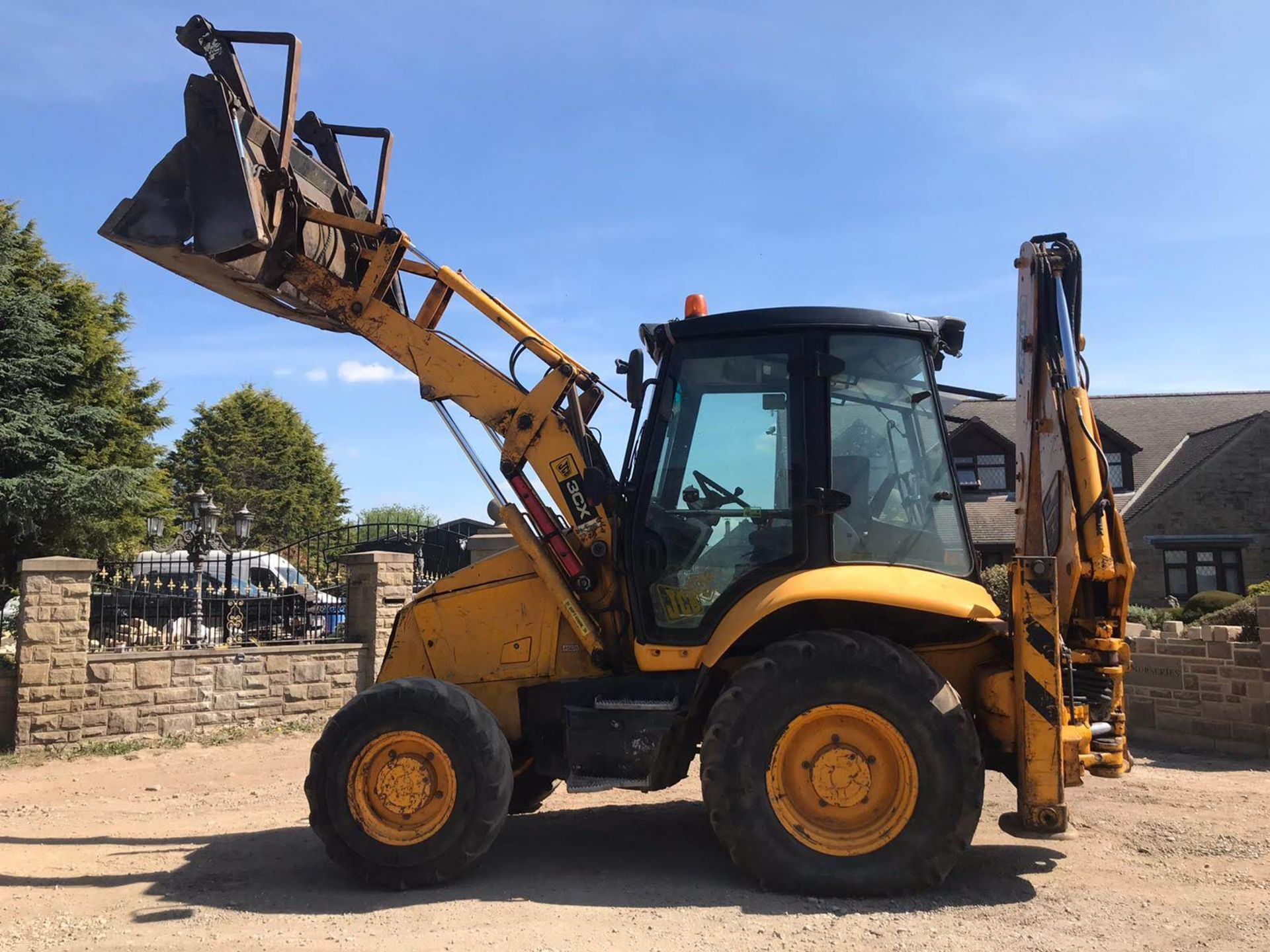 Lot 43 - 2003 JCB 3CX CONTRACTOR, 4-IN-1 BUCKET, EXPANDING BOOM BACKHOE WITH QUICKHITCH, RUNS, DRIVES, DIGS