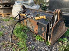 AVANT LOADER 4-IN-1 HYDRAULIC 1.2M WIDE BUCKET WITH BRACKET & TEETH, REMOVED FROM 520 AVANT