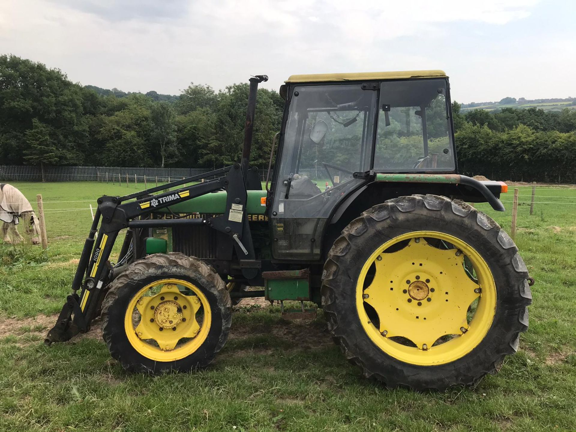 Lot 19 - JOHN DEERE 1750 TRACTOR WITH LOADER 4WD, RUNS, DRIVES AND LIFTS *PLUS VAT*