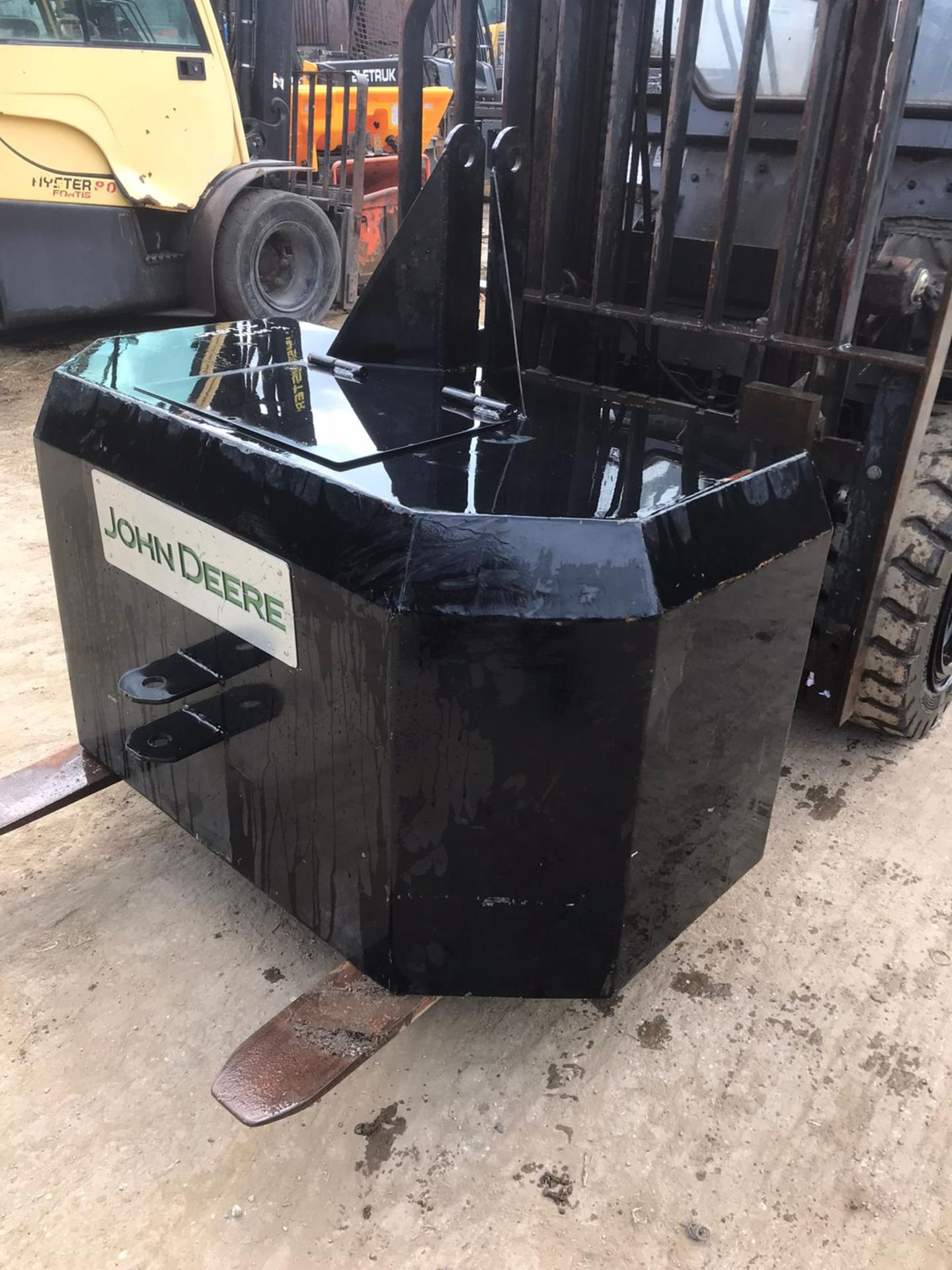 Lot 19 - JOHN DEERE EMPTY COUNTER WEIGHT, SUITABLE FOR 3 POINT LINKAGE *PLUS VAT*