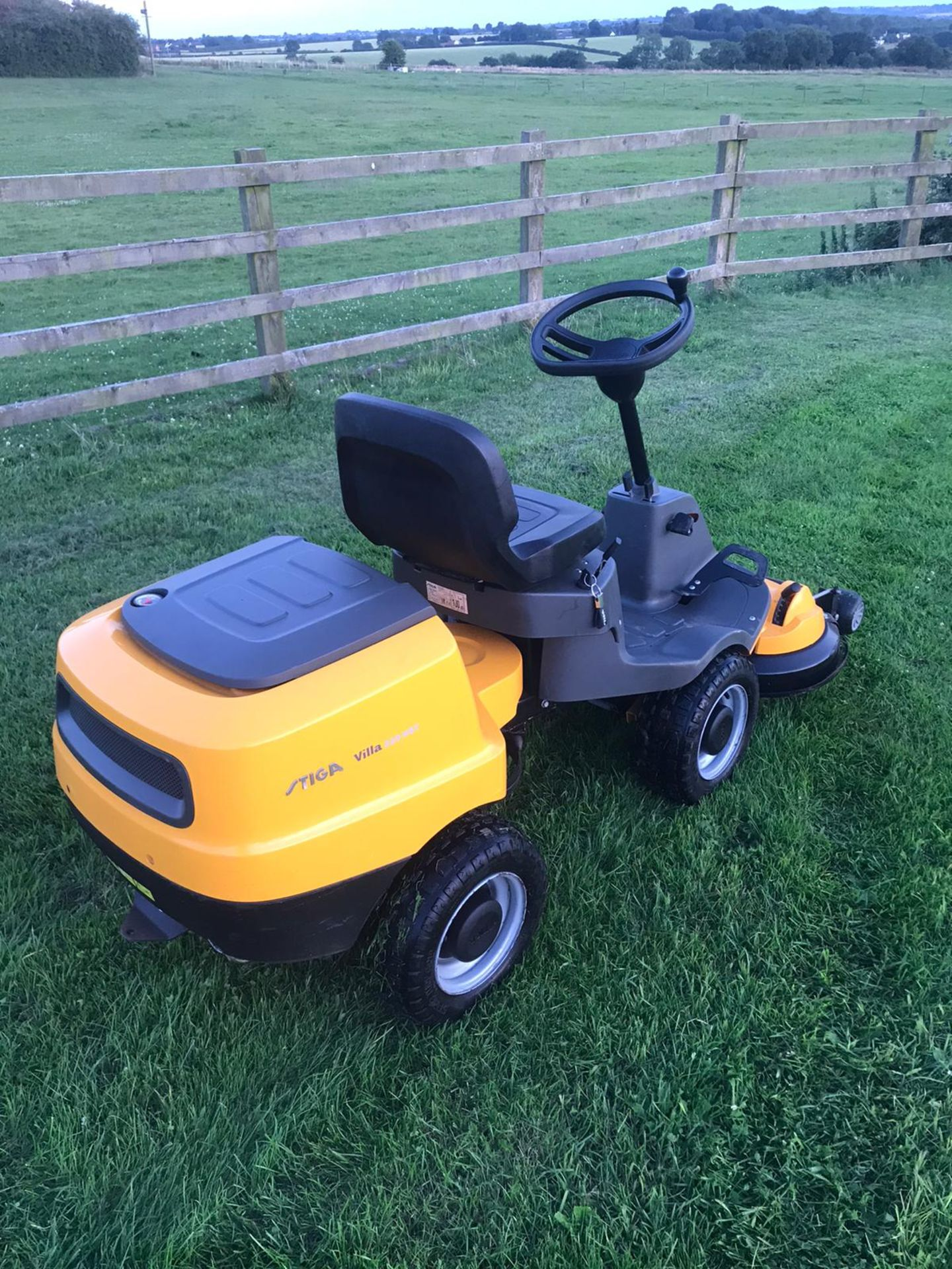 Lot 55 - 2015 STIGA VILLA 320HST OUTFRONT RIDE ON LAWN MOWER, PIVOT STEERED, RUNS, DRIVES AND CUTS *NO VAT*