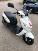 2015/15 REG PEUGEOT KISBEE 50 R PETROL MOPED WHITE, SHOWING 0 FORMER KEEPERS *NO VAT*