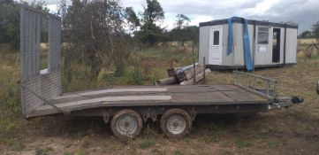 TWIN AXLE TOWABLE FLATBED WOOD TRAILER WITH REAR RAMP AND STORAGE BOX AT THE FRONT *NO VAT*