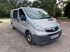 2010/10 REG VAUXHALL VIVARO 2900 D/C LWB 2.0 DIESEL SILVER PANEL VAN, SHOWING 2 FORMER KEEPERS