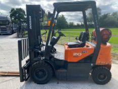 DOOSAN 2 TON GAS FORK LIFT, MODEL: G20G, YEAR 2016, TRIPLE MAST, SIDE SHIFT, CONTAINER SPEC, 4710MM