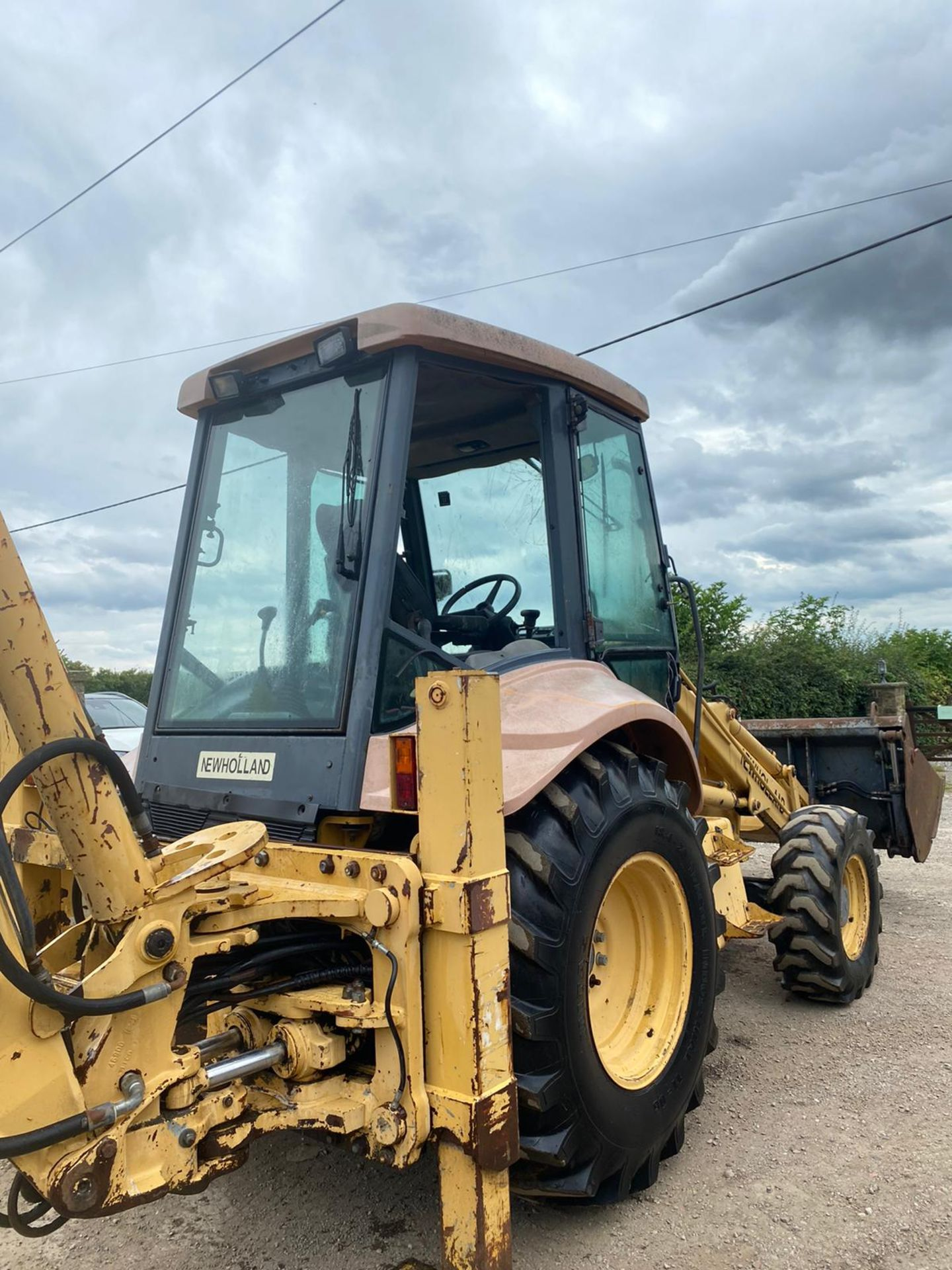 NEWHOLLAND NH95 DIGGER LOADER, 4 WHEEL DRIVE, 4-IN-1 BUCKET, EXTRA DIG, RUNS, WORKS AND DIGS - Image 5 of 8