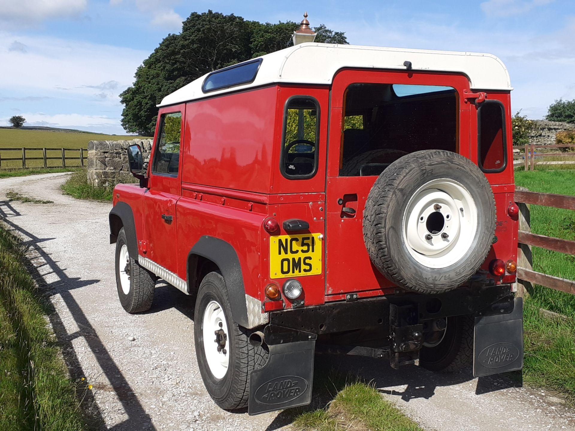 2002/51 REG LAND ROVER DEFENDER 90 PICK-UP TD5 RED 2.5 DIESEL 130 BHP, SHOWING 2 FORMER KEEPERS - Image 6 of 14
