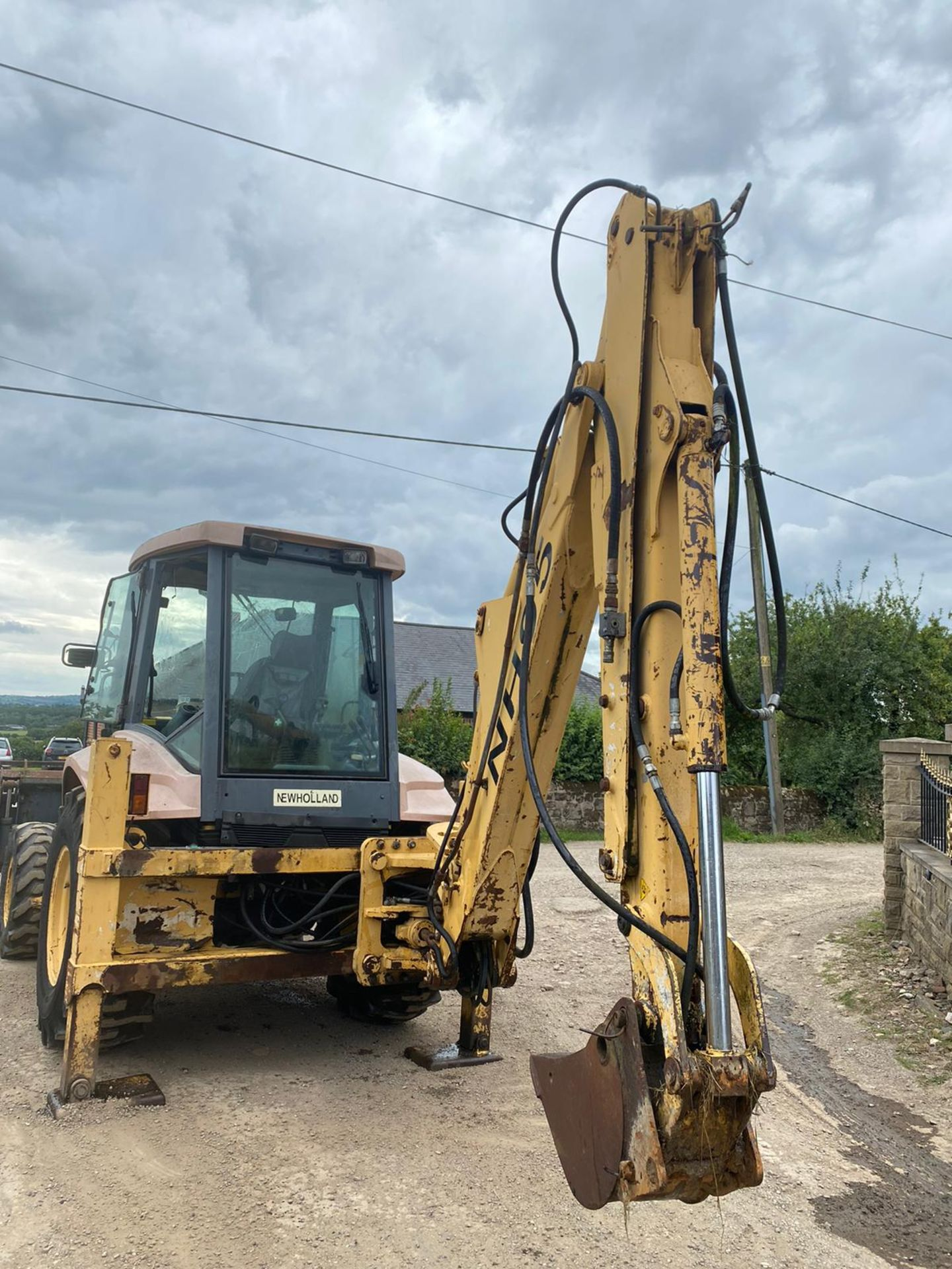 NEWHOLLAND NH95 DIGGER LOADER, 4 WHEEL DRIVE, 4-IN-1 BUCKET, EXTRA DIG, RUNS, WORKS AND DIGS - Image 2 of 8