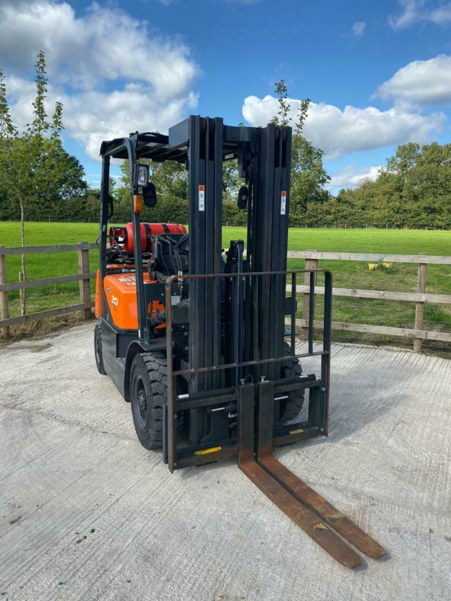 DOOSAN 2 TON GAS FORK LIFT, MODEL: G20G, YEAR 2016, TRIPLE MAST, SIDE SHIFT, CONTAINER SPEC, 4710MM - Image 2 of 5