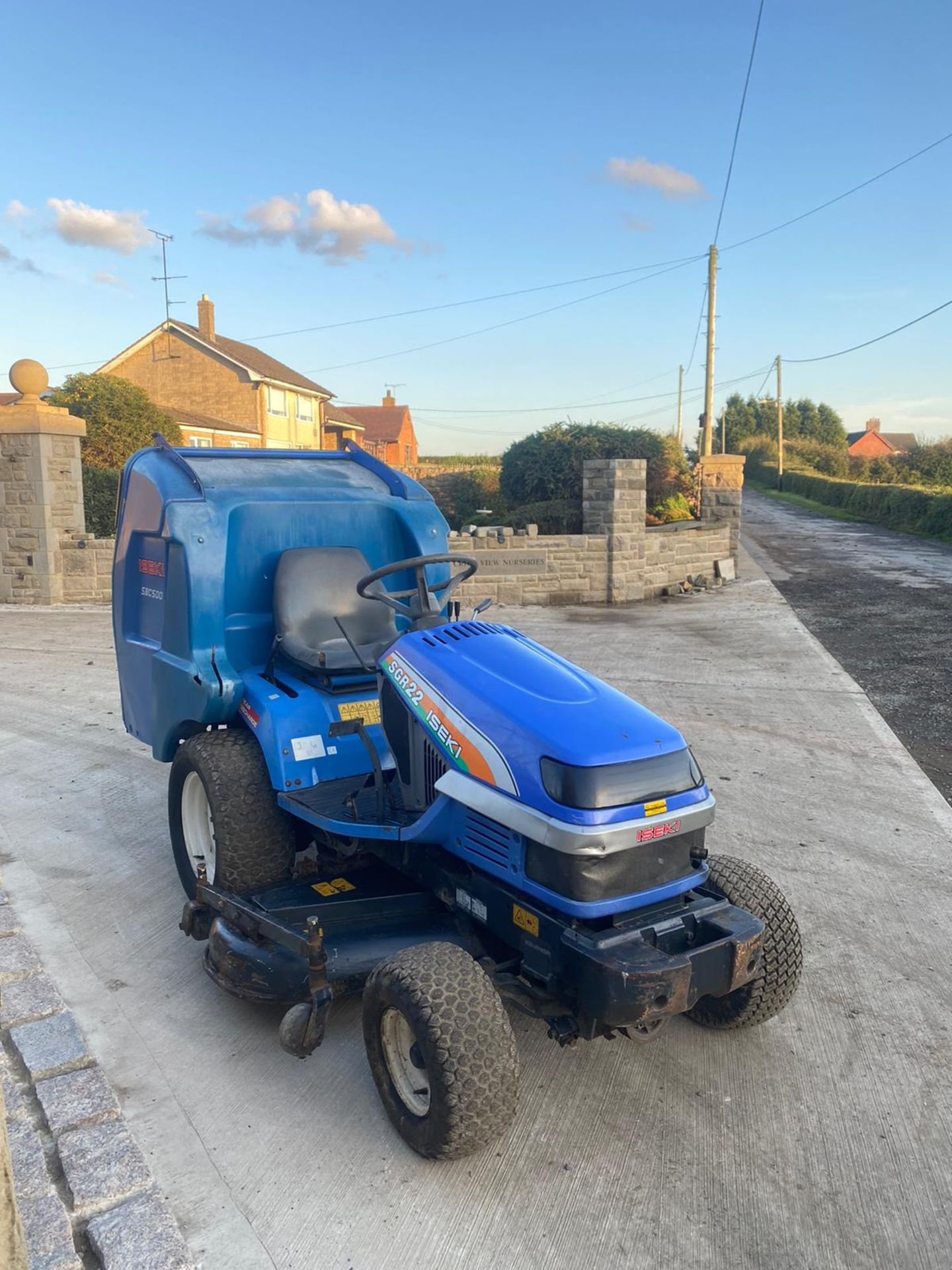 Lot 48 - ISEKI SGR22 RIDE ON LAWN MOWER, RUNS AND WORKS, CUTS AND COLLECTS WELL, LOW HOURS ONLY 860 *NO VAT*