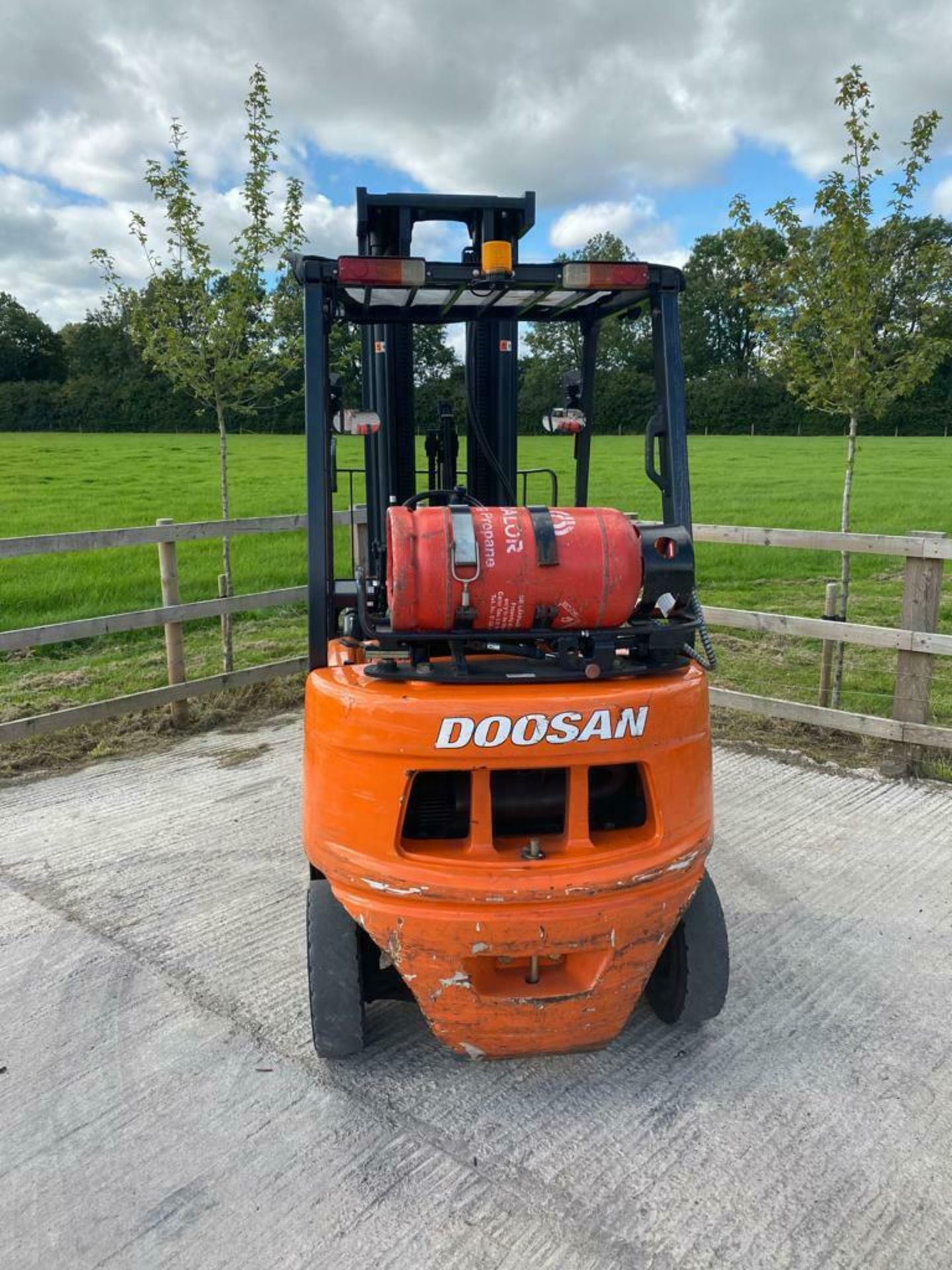 Lot 109 - DOOSAN 2 TON GAS FORK LIFT, MODEL: G20G, 2016, TRIPLE MAST, SIDESHIFT, 5990 MM - 6 METRE, 1789 HOURS