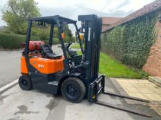 DOOSAN 2 TON GX GAS FORK LIFT, MODEL: G20G, 2015, TRIPLE MAST, SIDE SHIFT, CONTAINER SPEC, 944 HOURS