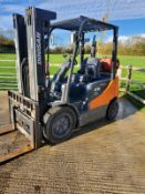 DOOSAN 2.5 TON GAS PRO 5 FORKLIFT, 2600 HOURS, YEAR 2013, SIDE SHIFT, FREE LIFT, FORK POSITIONER