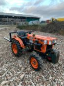 KUBOTA B7100 COMPACT TRACTOR, RUNS, DRIVES, LIFTS, C/W PALLET FORKS, FRONT WEIGHTS, LOW 623 HOURS