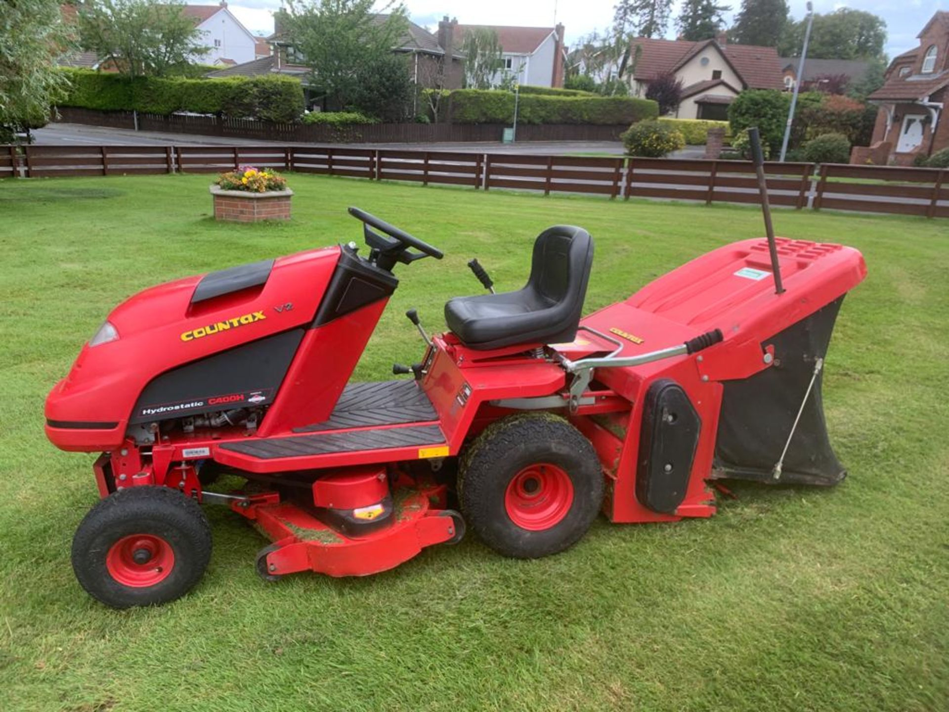 COUNTAX C400H HYDROSTATIC PETROL RIDE ON LAWN MOWER WITH SWEEPER *PLUS VAT* - Image 6 of 7