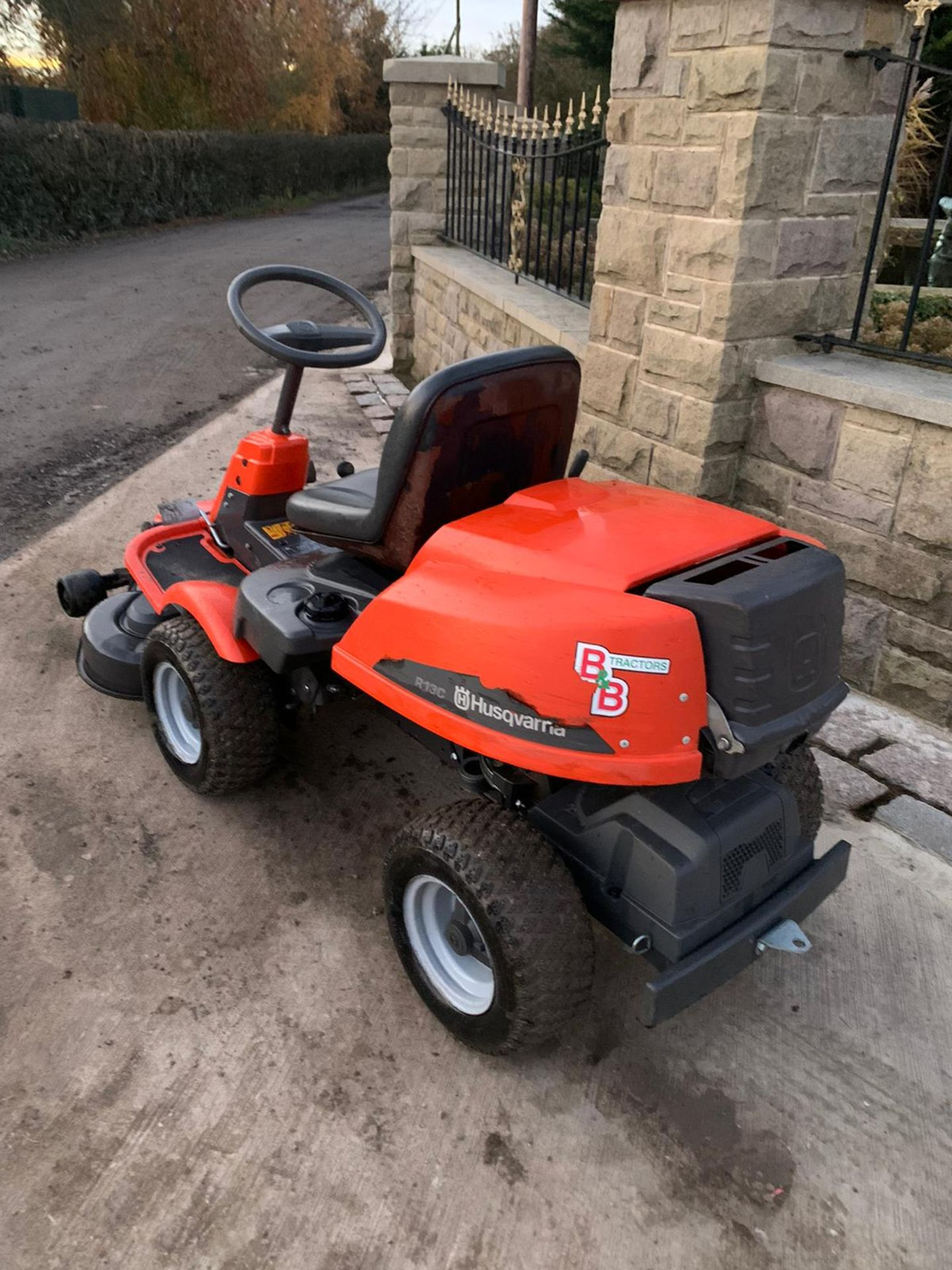 HUSQUVARNA R13C OUT FRONT RIDE ON LAWN MOWER, RUNS, DRIVES AND CUTS *NO VAT* - Image 5 of 5