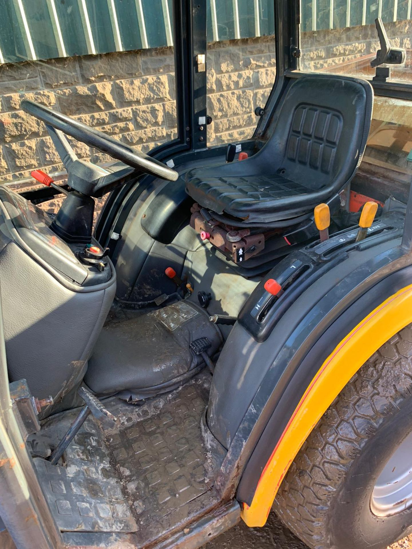 2005 KUBOTA B2110H COMPACT TRACTOR, RUNS, DRIVES AND WORKS, FULL GLASS CAB, ROAD LEGAL *PLUS VAT* - Image 5 of 6