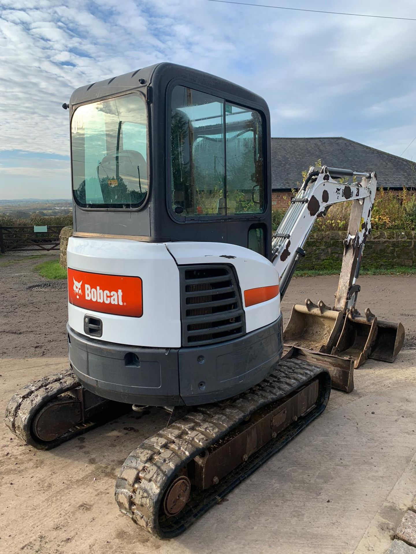 2012 BOBCAT E26 RUBBER TRACKED CRAWLER EXCAVATOR / MINI DIGGER, RUNS, DRIVES AND DIGS, 3 X BUCKETS - Image 2 of 5