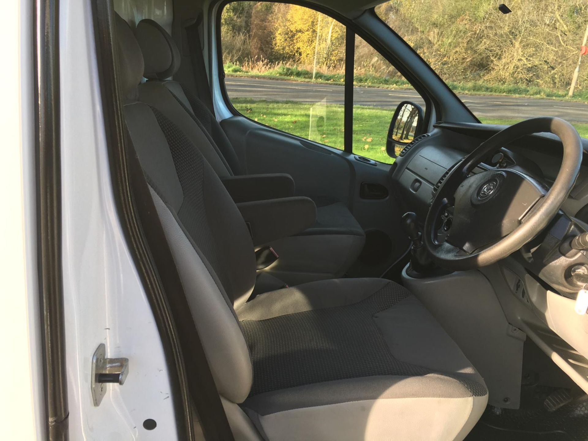 2008/58 REG VAUXHALL VIVARO 2900 CDTI SWB 2.0 DIESEL WHITE PANEL VAN, SHOWING 1 FORMER KEEPER - Image 7 of 12