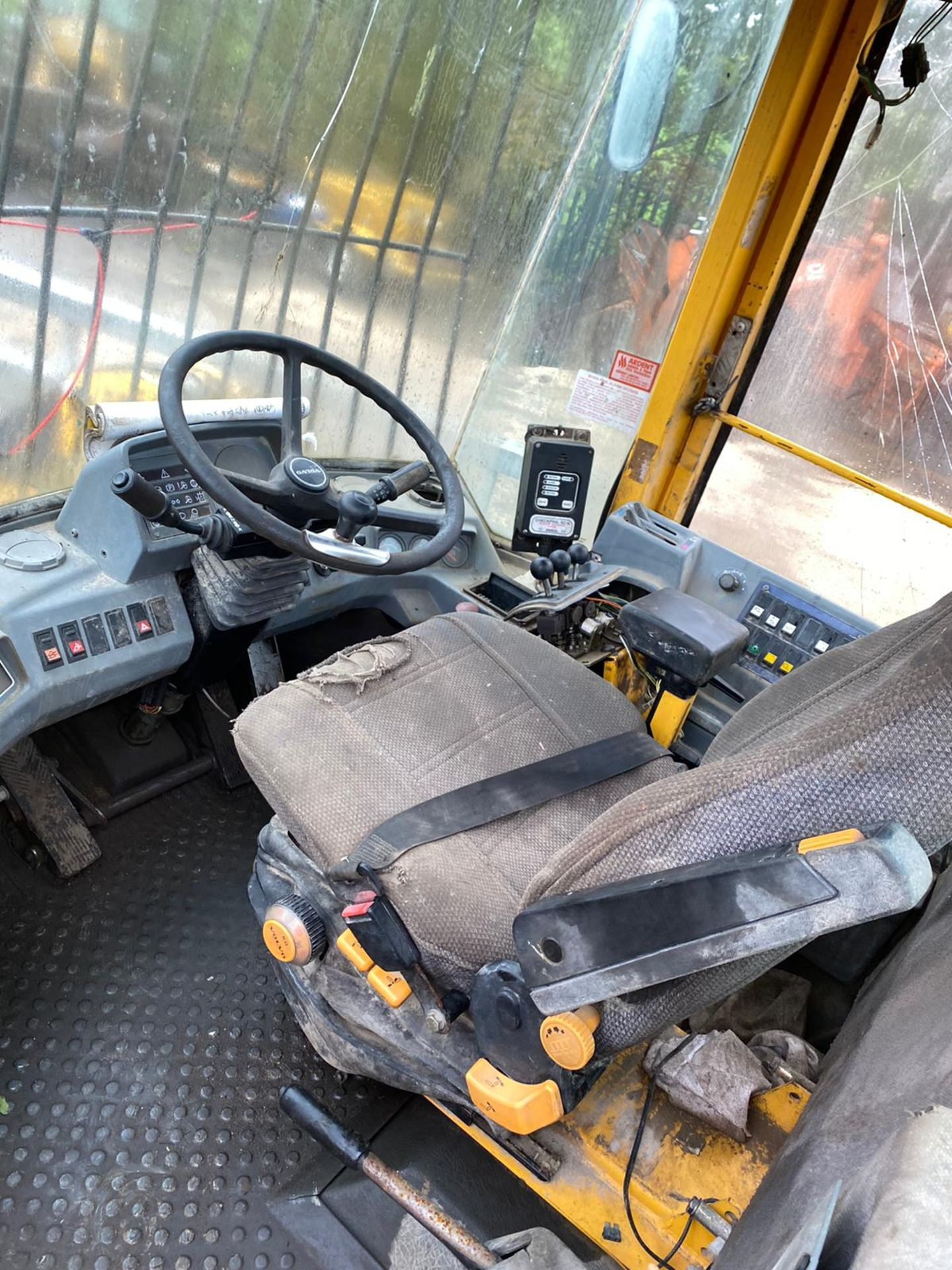 VOLVO L70C LOADING SHOVEL, RUNS AND LIFTS, BUT NO DASH LIGHTS SO FORWARD & REVERSE DONT WORK - Image 8 of 9
