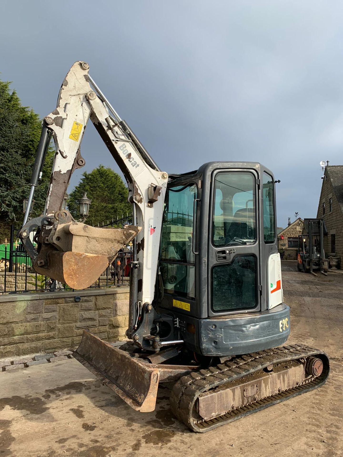 2012 BOBCAT E26 RUBBER TRACKED CRAWLER EXCAVATOR / MINI DIGGER, RUNS, DRIVES AND DIGS, 3 X BUCKETS - Image 3 of 5
