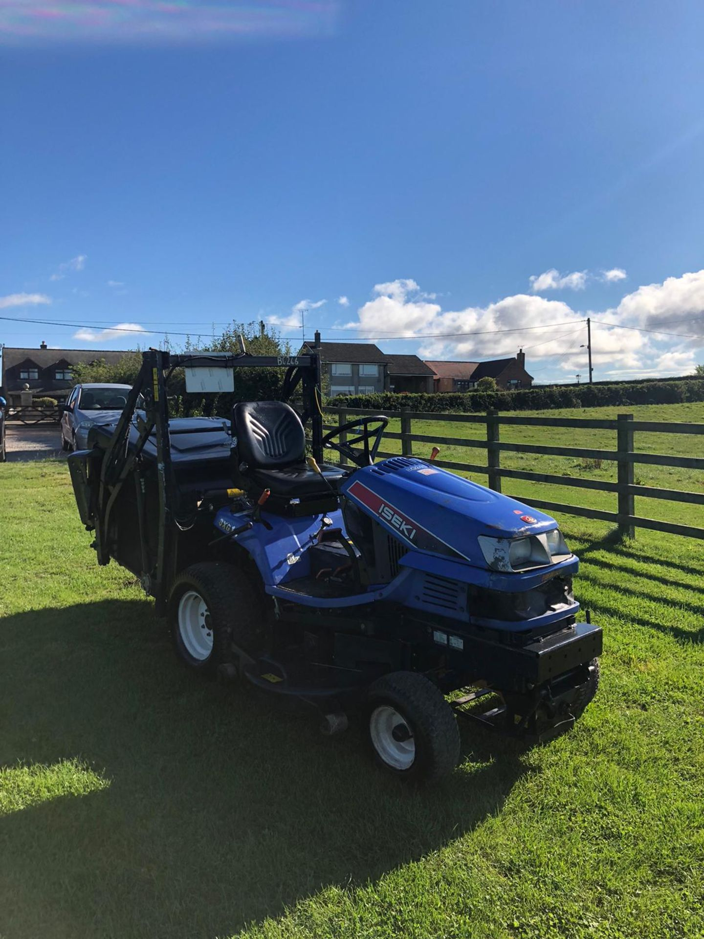 2011 ISEKI SXG19 RIDE ON LAWN MOWER, 1280 HOURS, RUNS, DRIVES AND CUTS, HIGH TIP COLLECTOR *PLUS VAT - Image 4 of 6