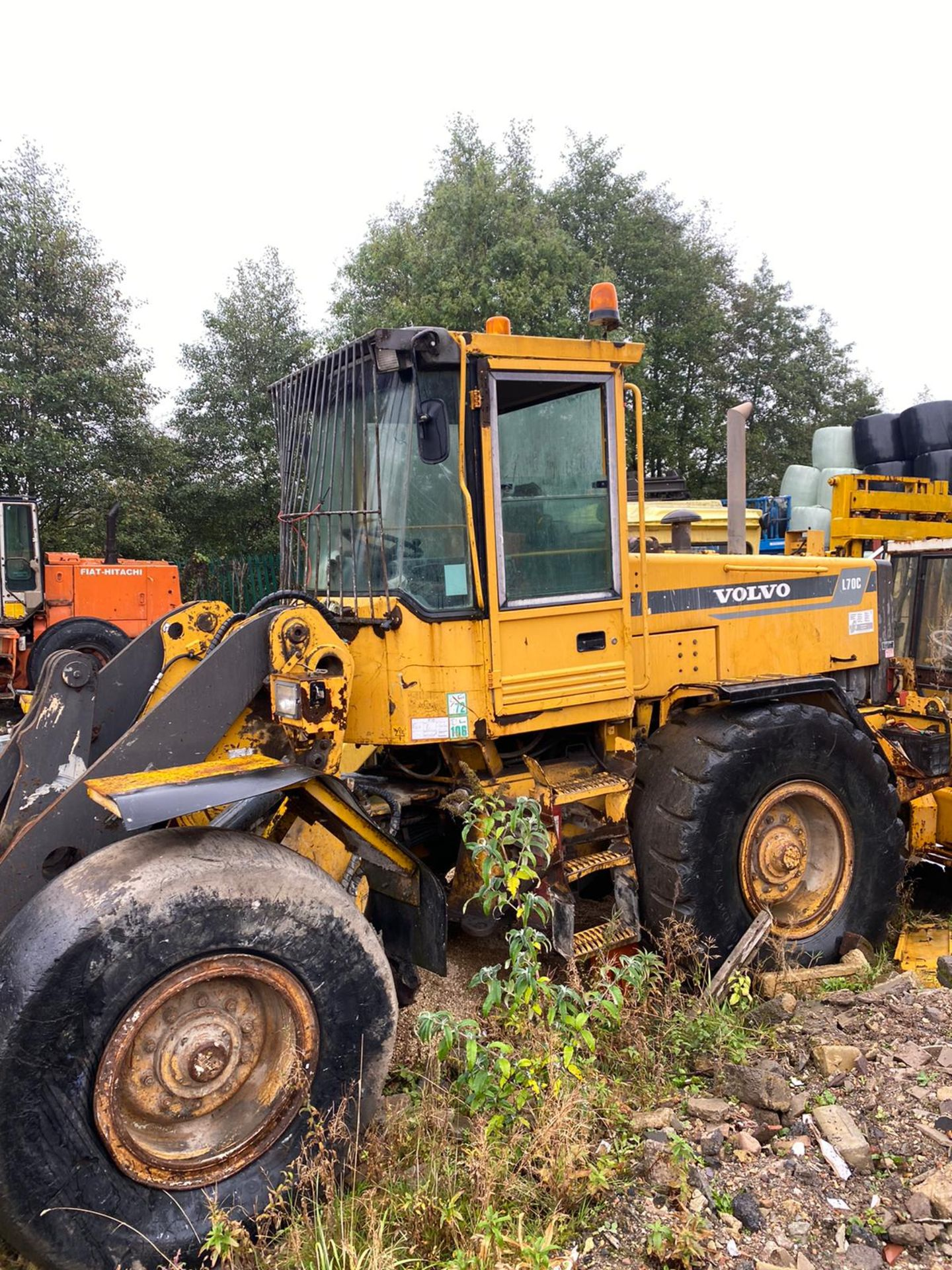 VOLVO L70C LOADING SHOVEL, RUNS AND LIFTS, BUT NO DASH LIGHTS SO FORWARD & REVERSE DONT WORK - Image 6 of 9