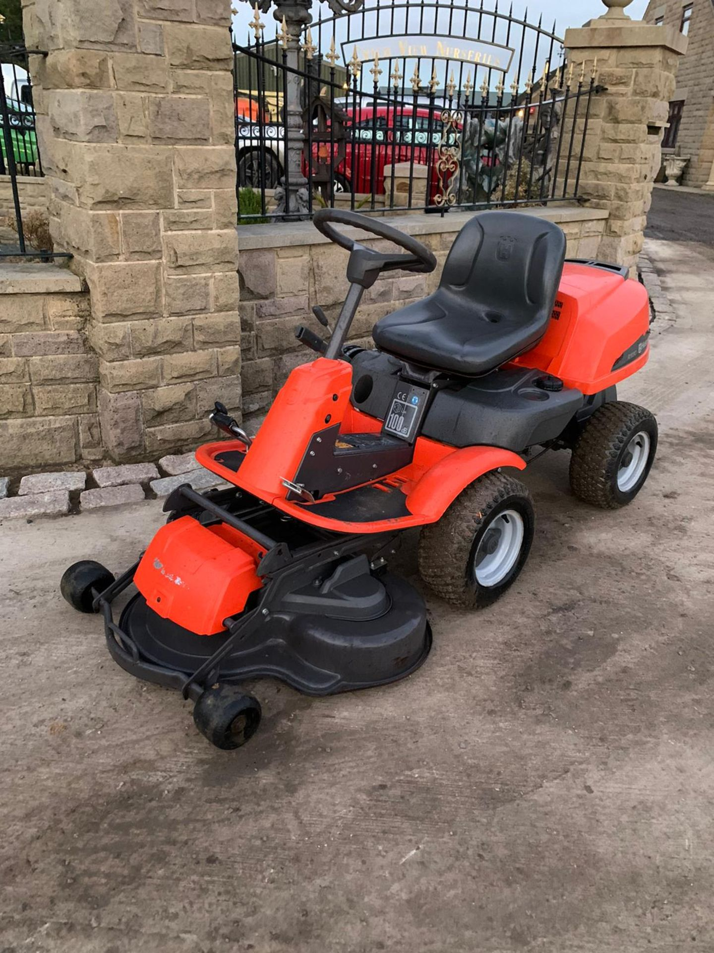 HUSQUVARNA R13C OUT FRONT RIDE ON LAWN MOWER, RUNS, DRIVES AND CUTS *NO VAT* - Image 4 of 5