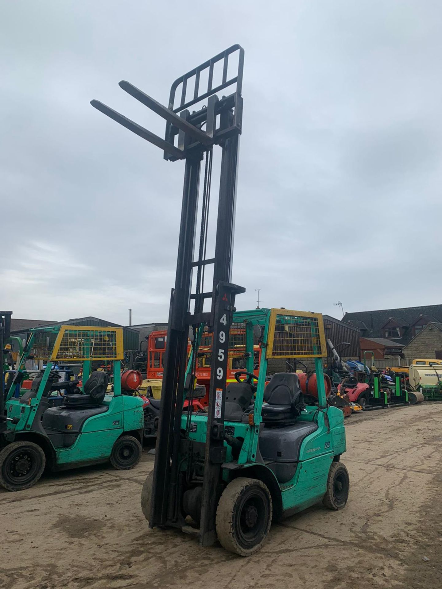 2015 MITSUBISHI FG25NT GAS FORKLIFT, RUNS, DRIVES, LIFTS, CLEAN MACHINE, SIDE SHIFT, CONTAINER SPEC - Image 2 of 5