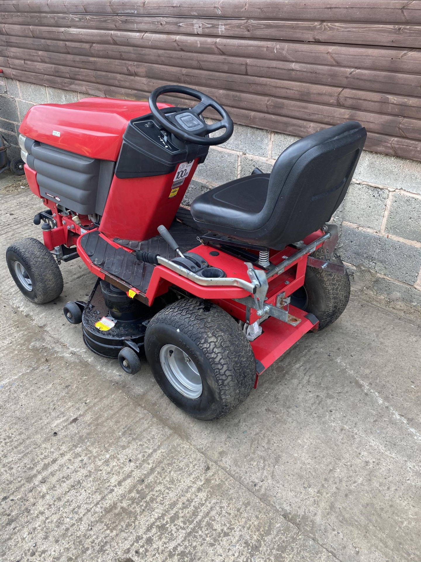 WESTWOOD S1500 RIDE ON LAWN MOWER, STARTS, RUNS AND DRIVES, HYDROSTATIC DRIVE *PLUS VAT* - Image 3 of 4