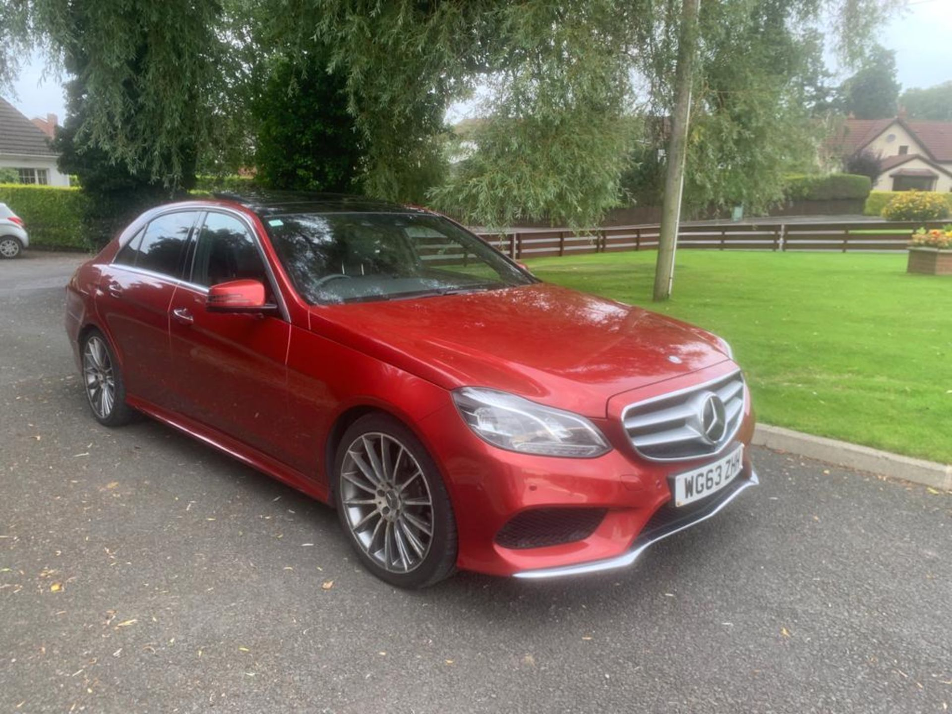 2014/63 REG MERCEDES-BENZ E300 AMG SPORT BLUETEC HYBRID 2.2 ELECTRIC DIESEL RED 4 DOOR SALOON - Image 2 of 15