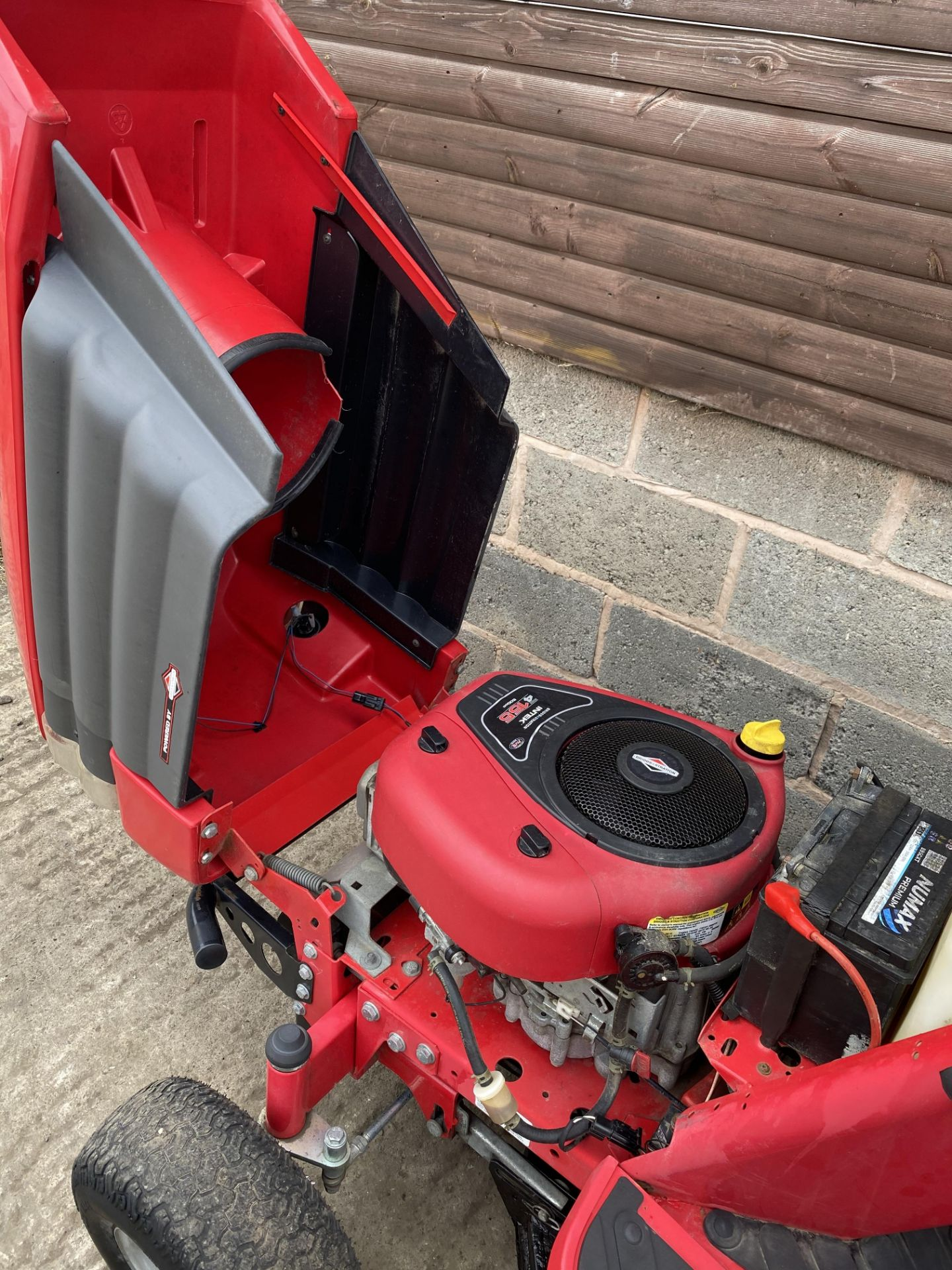 WESTWOOD S1500 RIDE ON LAWN MOWER, STARTS, RUNS AND DRIVES, HYDROSTATIC DRIVE *PLUS VAT* - Image 4 of 4