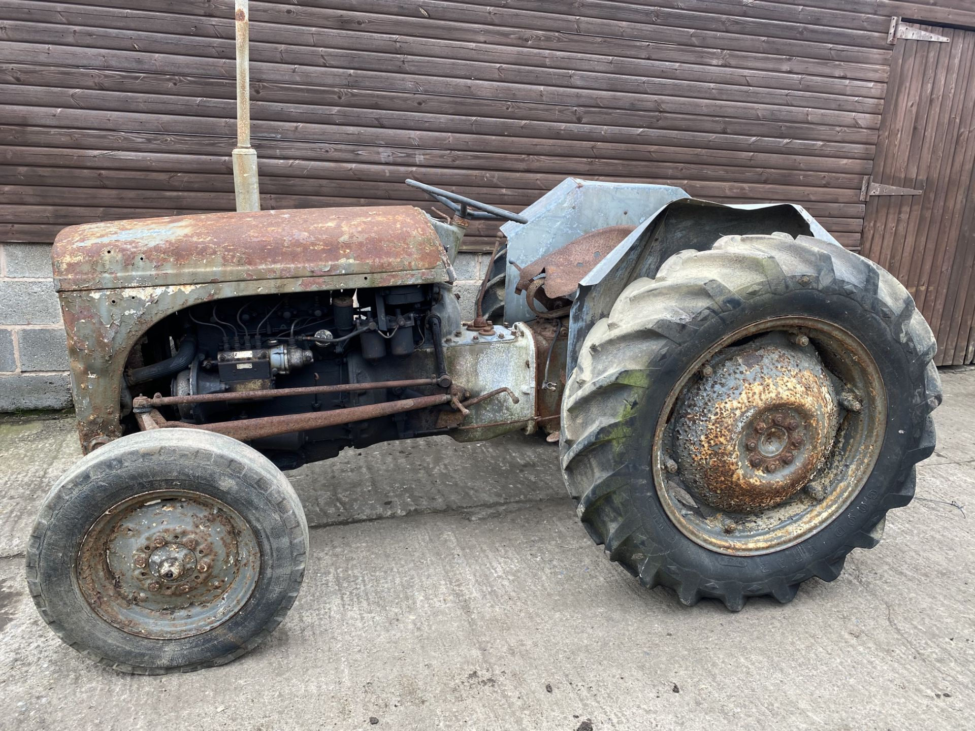 FERGUSON T20 DIESEL VINTAGE TRACTOR, IN NEED OF FULL RESTORATION, LOADING NO PROBLEM *PLUS VAT*