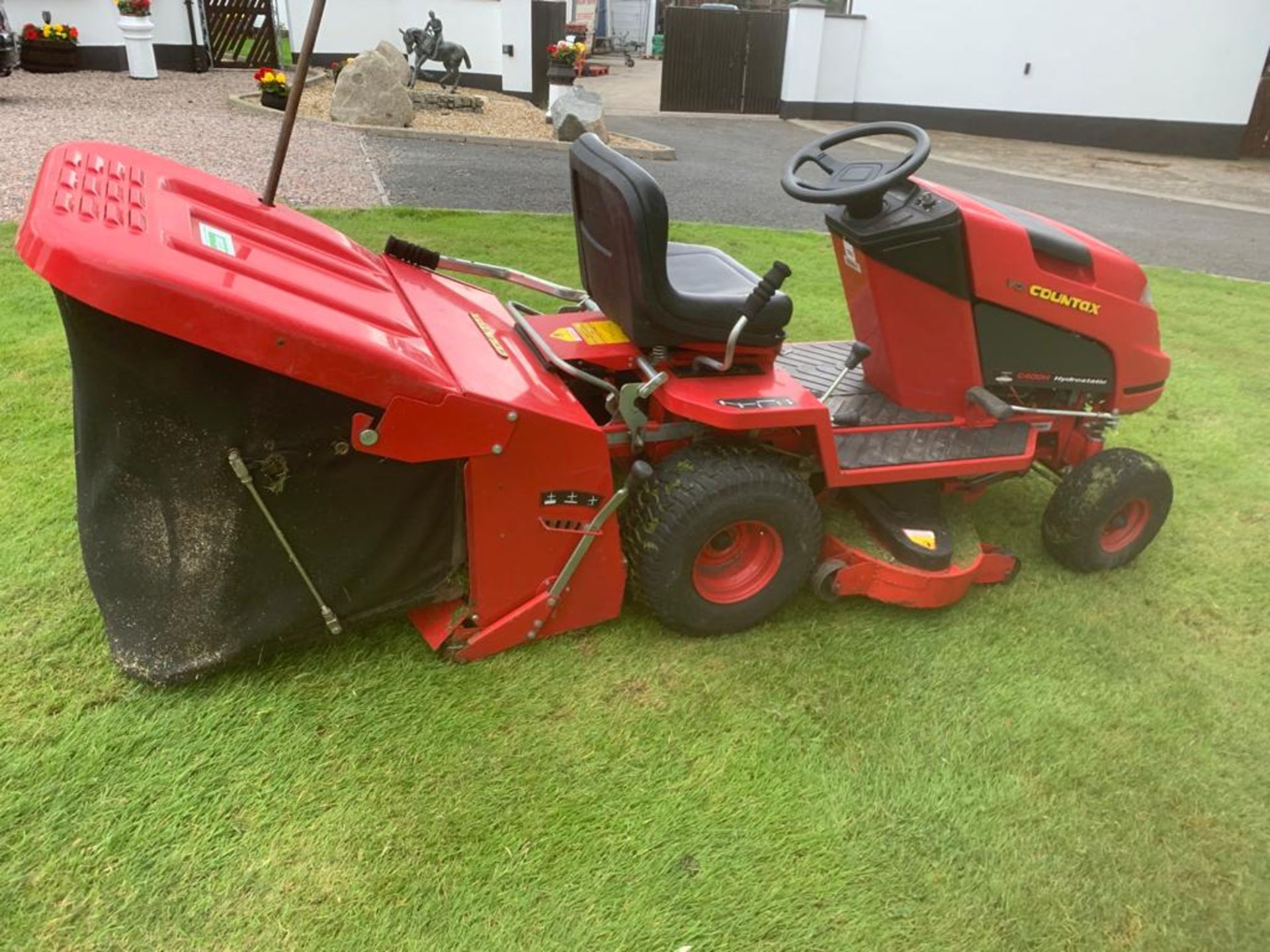 COUNTAX C400H HYDROSTATIC PETROL RIDE ON LAWN MOWER WITH SWEEPER *PLUS VAT* - Image 4 of 7