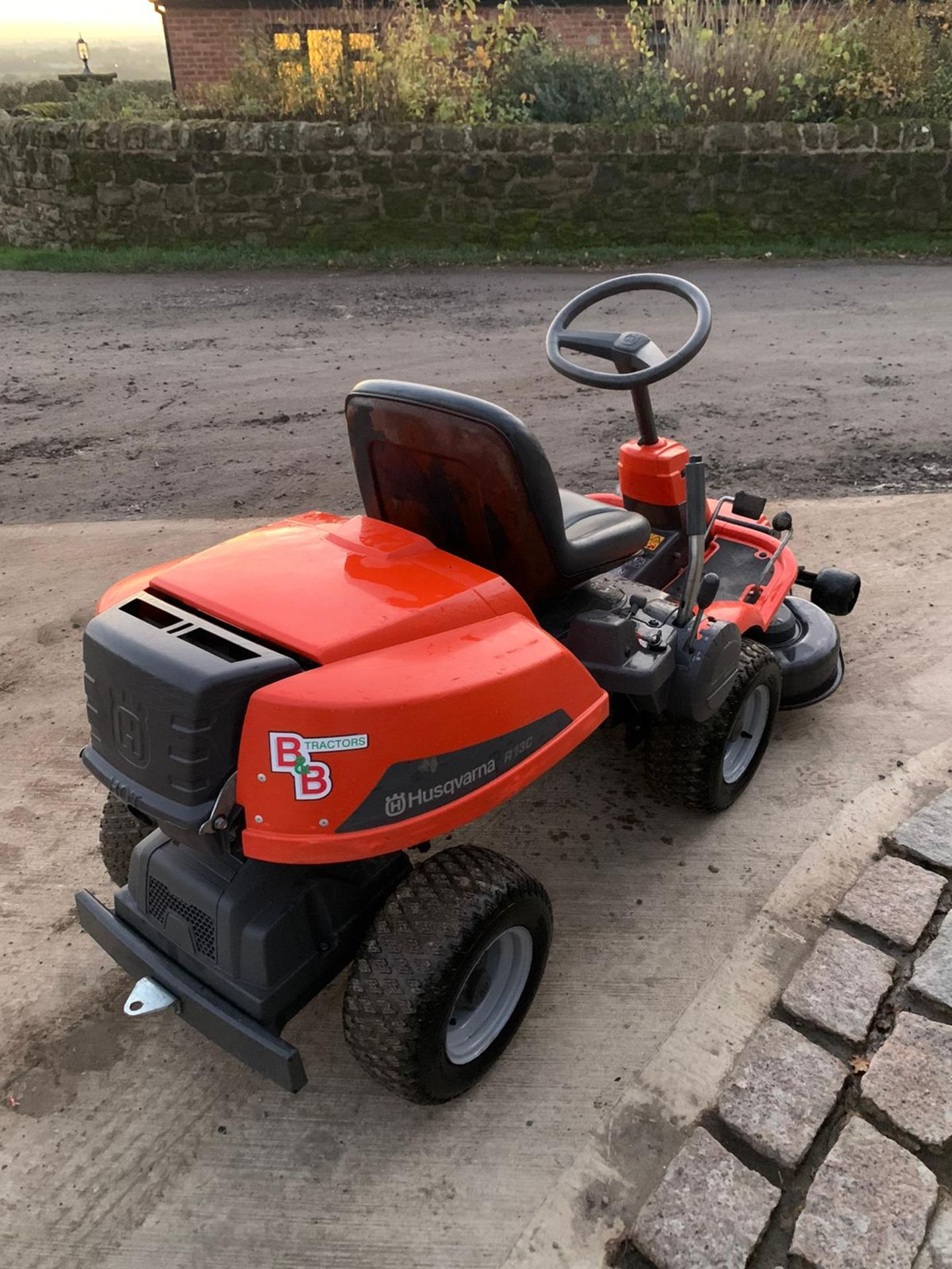 HUSQUVARNA R13C OUT FRONT RIDE ON LAWN MOWER, RUNS, DRIVES AND CUTS *NO VAT* - Image 2 of 5