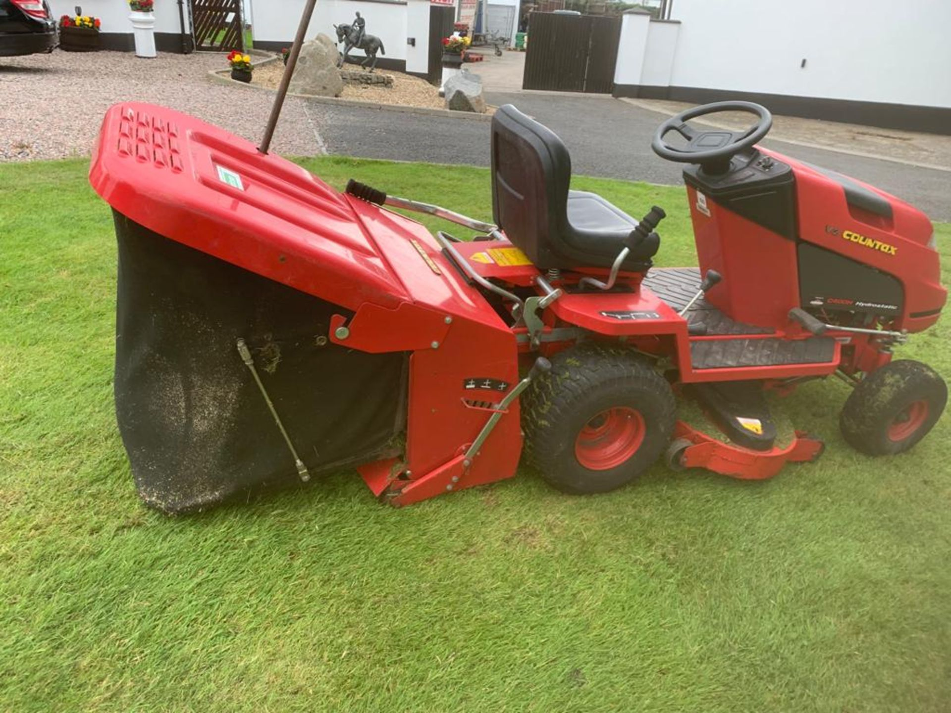 COUNTAX C400H HYDROSTATIC PETROL RIDE ON LAWN MOWER WITH SWEEPER *PLUS VAT* - Image 3 of 7